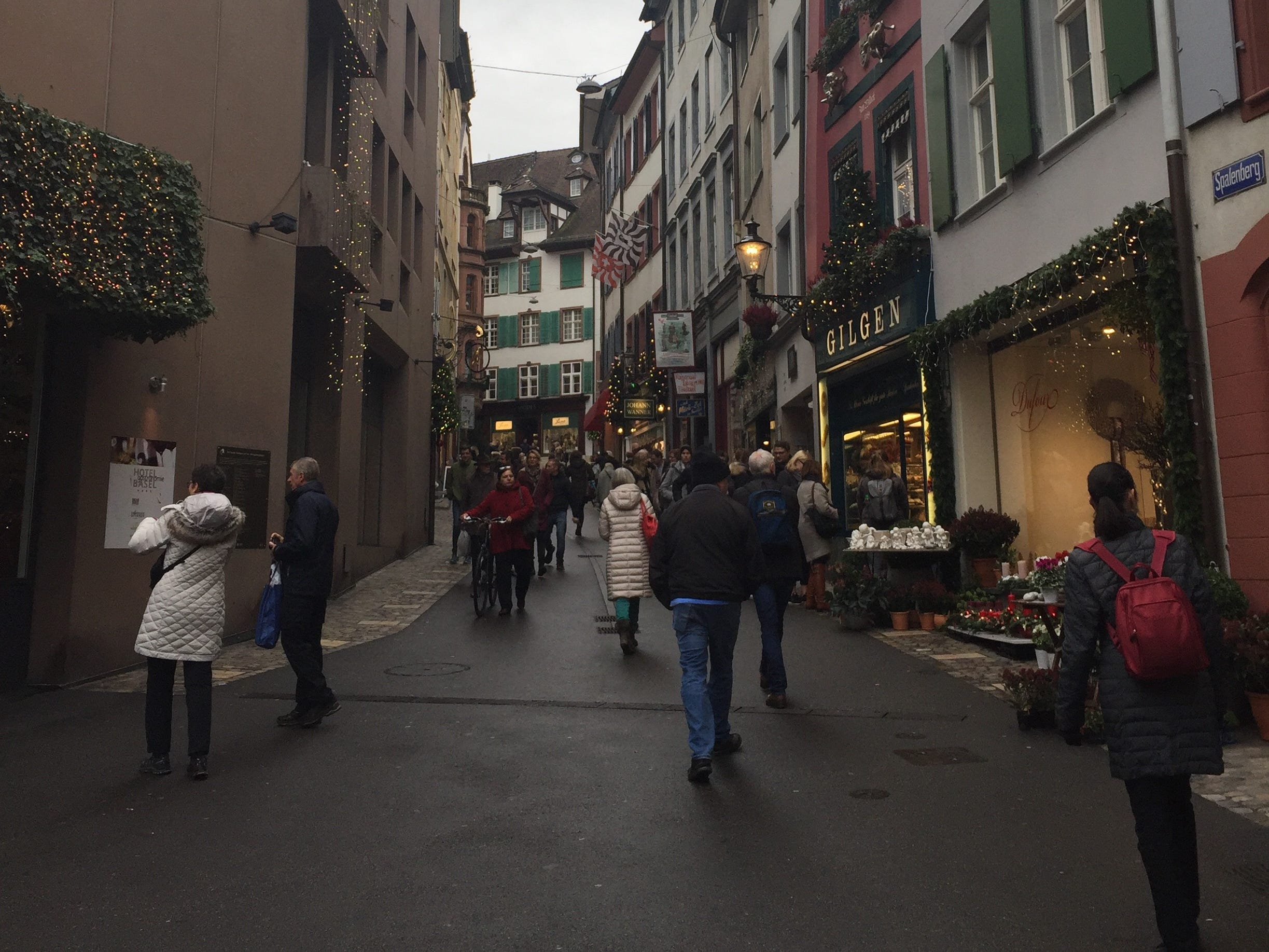 The lively shopping street leads to the historic city gate. Gilgen bakery, on the right, is very popular for its traditional Christmas specialties.