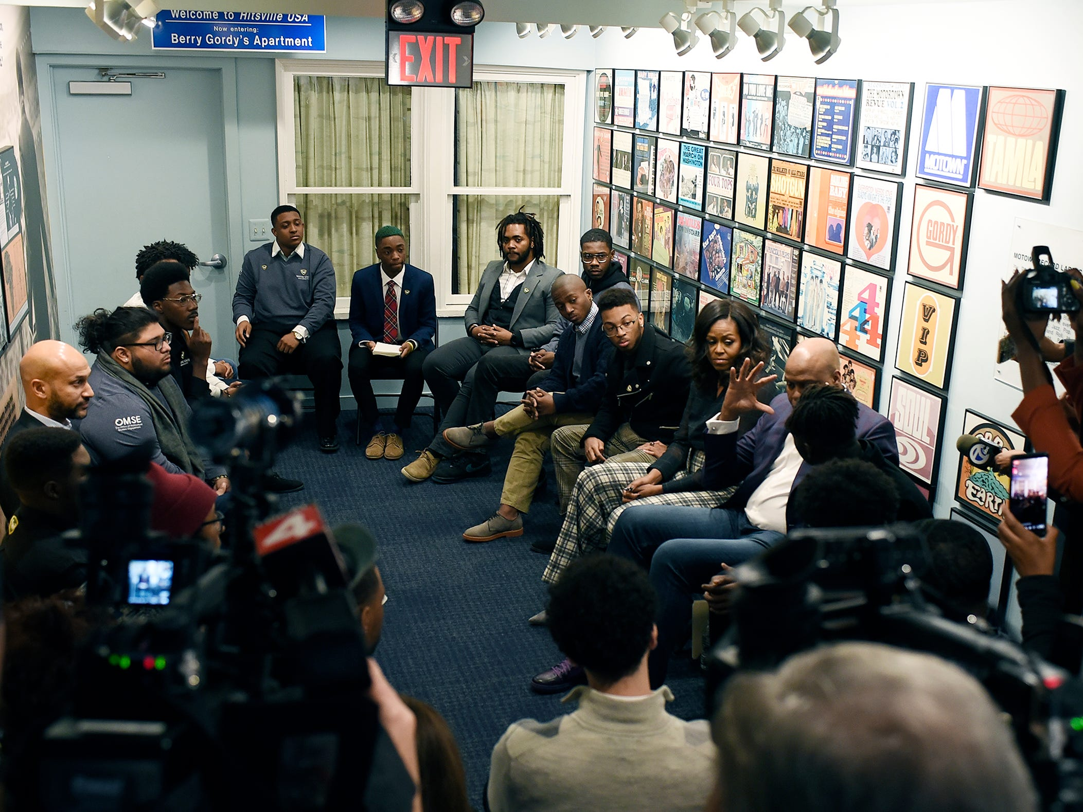 Michelle Obama, 2nd from right participates in a group discussion with students from Wayne St. University.