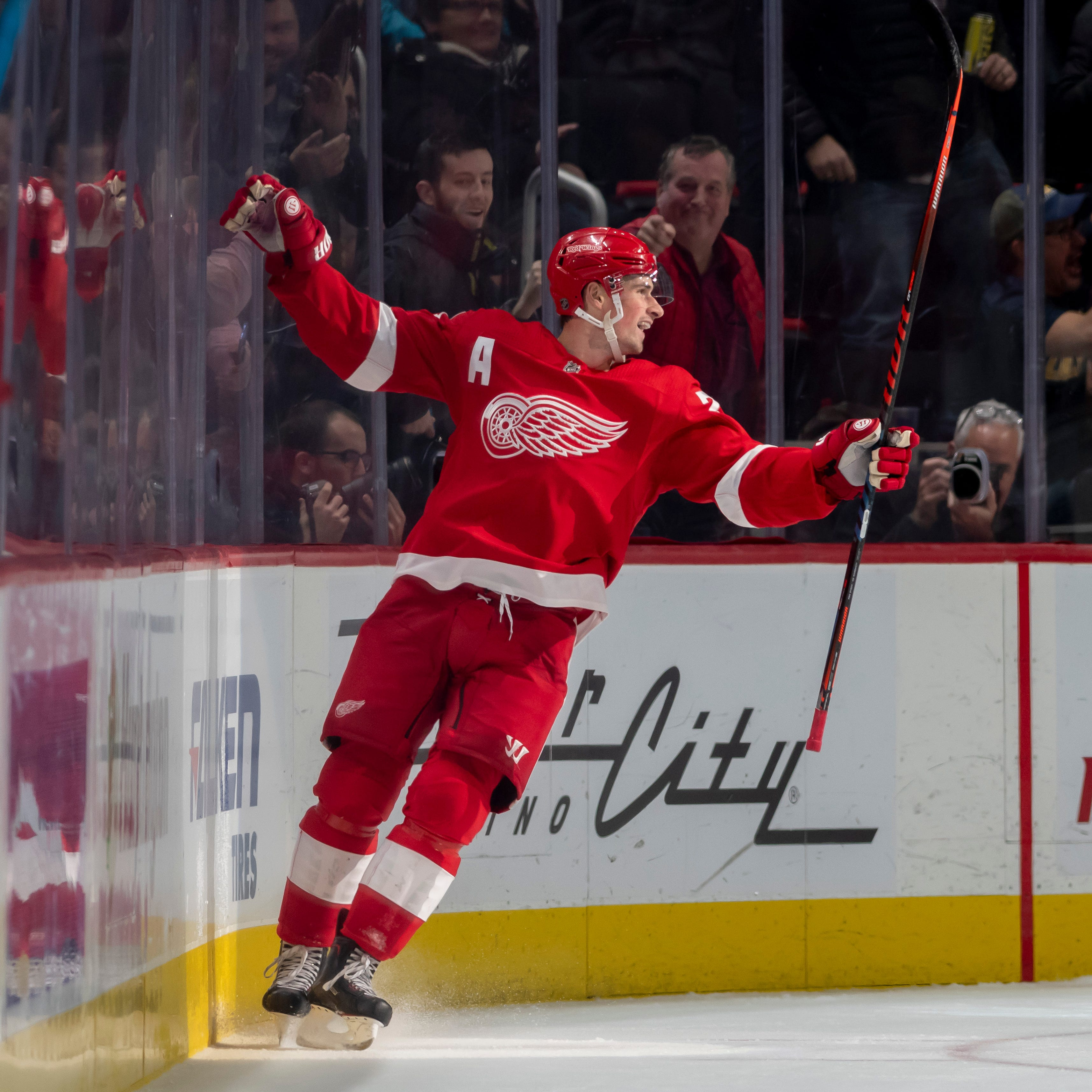 Howard stops 42 shots and Red Wings beat Kings