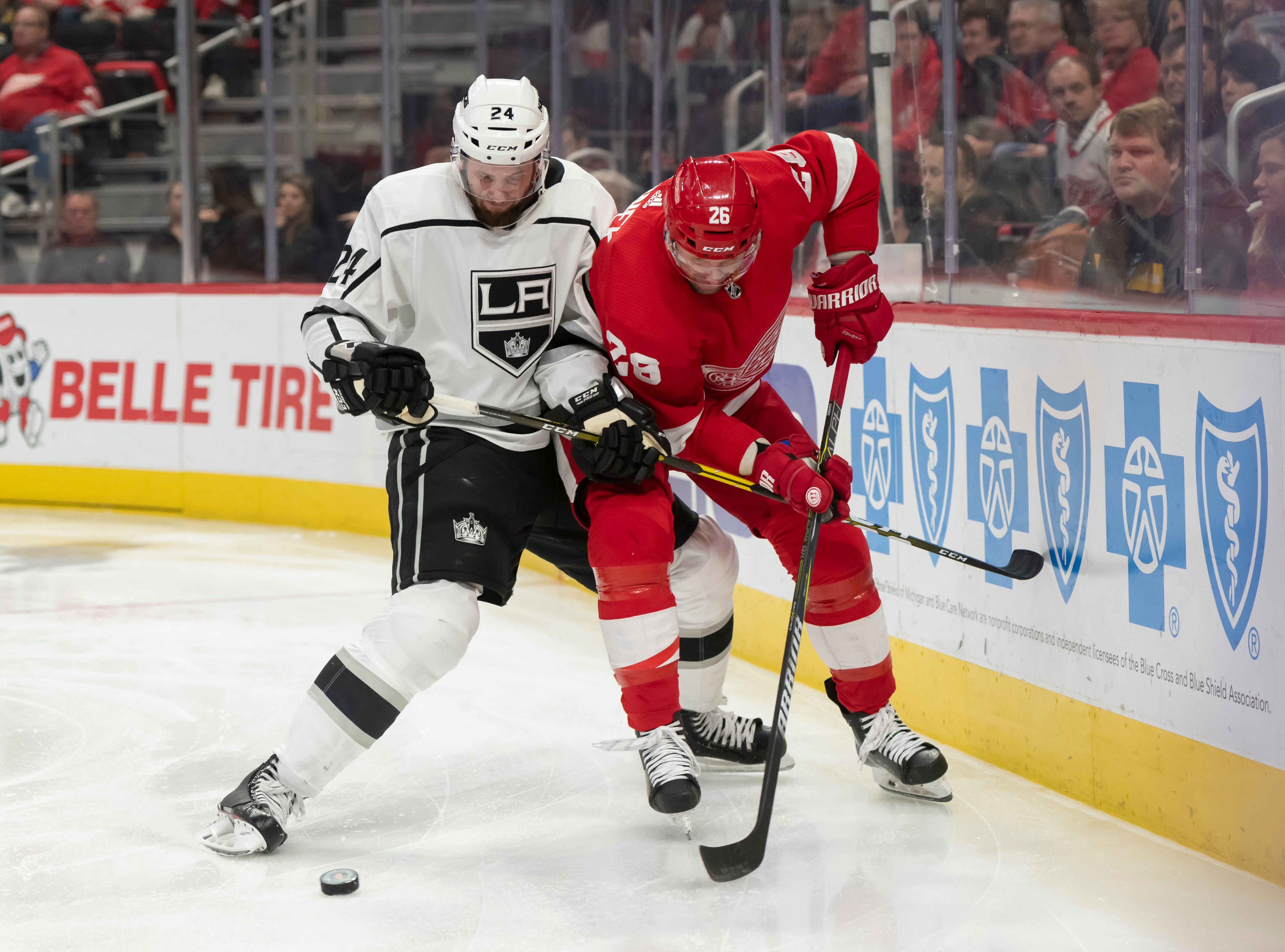 Detroit left wing Thomas Vanek and Los Angeles defenseman Derek Forbort battle for the puck in the third period.