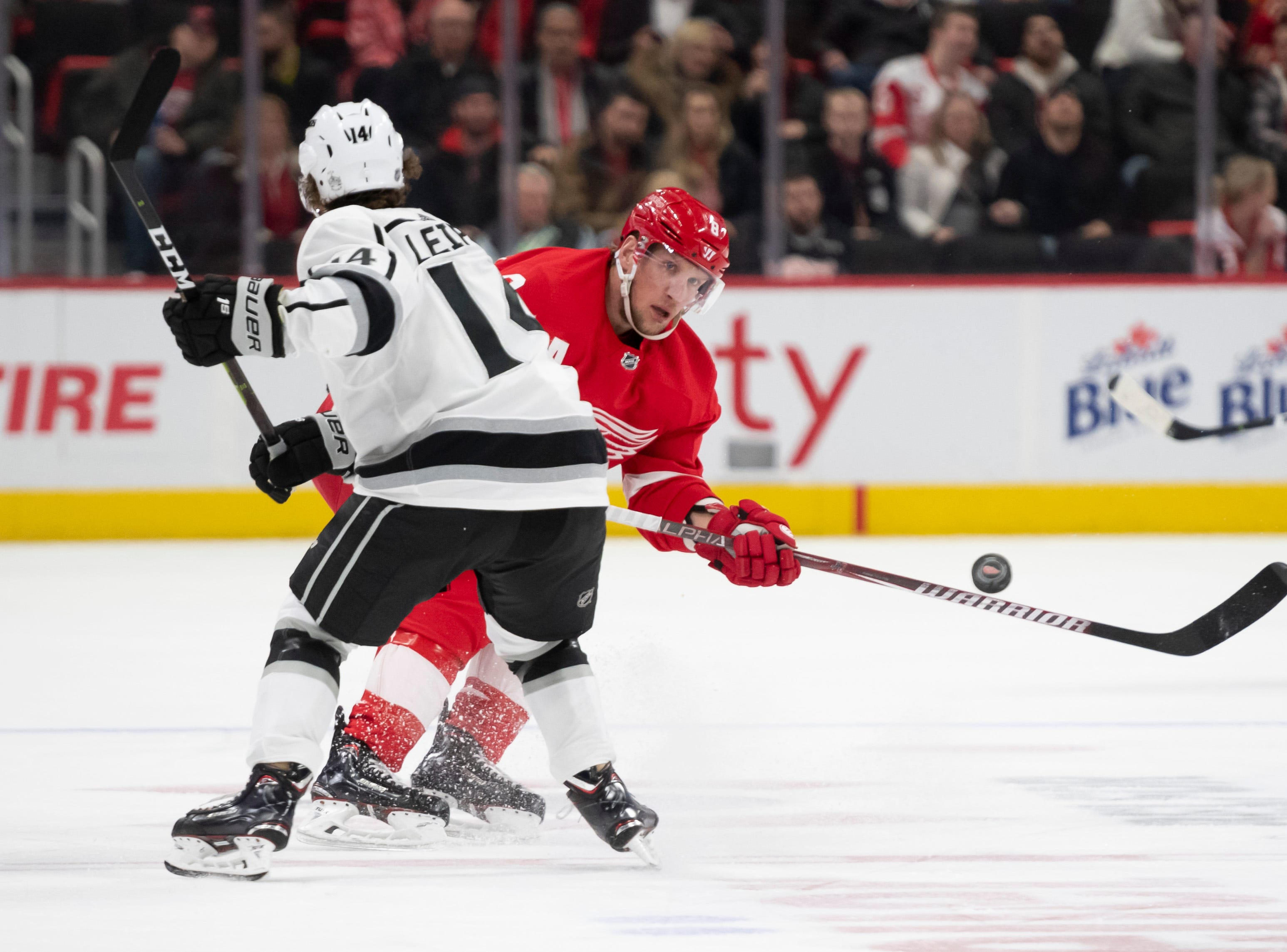 Detroit left wing Justin Abdelkader sends the puck around Los Angeles left wing Brendan Leipsic in the third period.