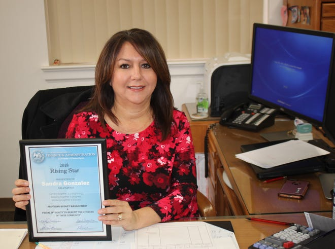 Sandy Gonzalez and her Rising Star Award