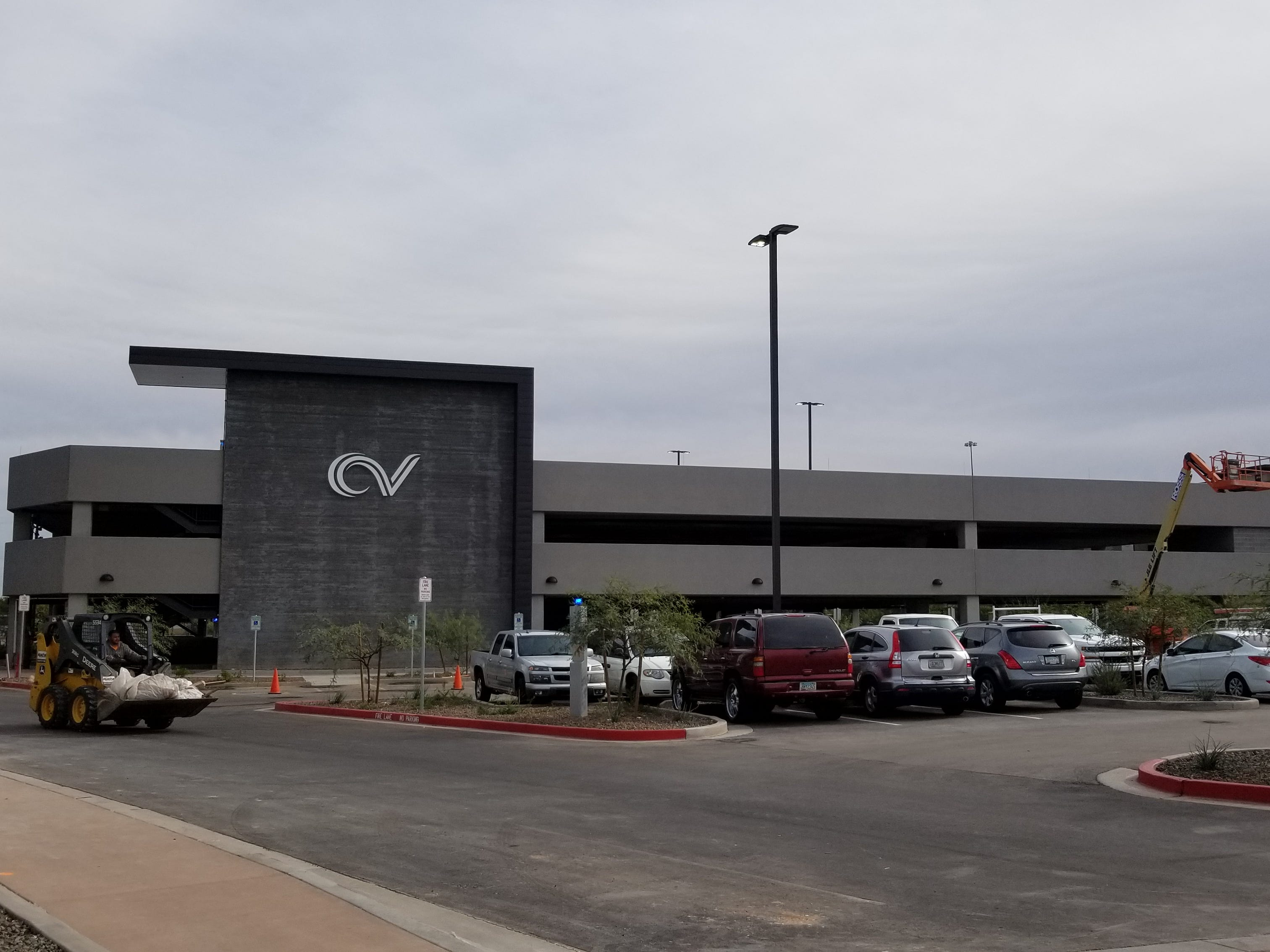 Chandler Viridian features a three-story parking lot with 580 parking spaces.