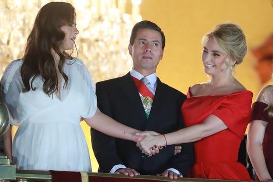 Angélica Rivera (der.) junto al ex presidente de México Enrique Peña Nieto y su hijastra Paulina Peña.