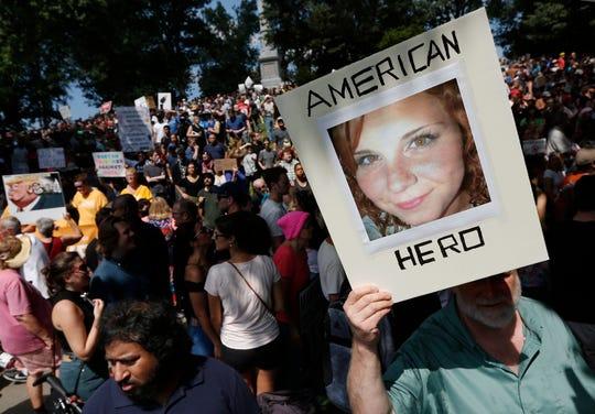 Protestan por muerte de Heather Heyer, quien fue arrollada por un supremacista blanco durante una manifestación en Charlottesville.