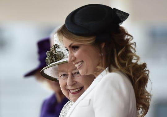 Angélica Rivera, ex primera dama de México, junto a la Reyna Elizabeth.