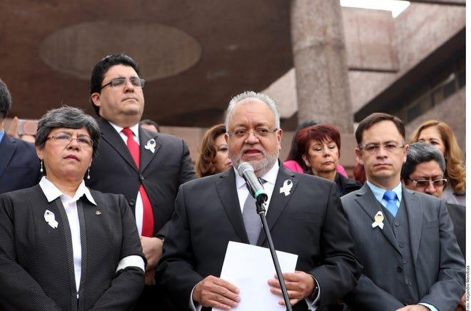 """El magistrado Luis Vega Ramírez (centro), presidente de la organización ANMCJDPJF, advirtió que en una democracia no caben jueces dóciles al servicio de nadie, pese a la """"campaña de desprestigio"""" contra ellos."""