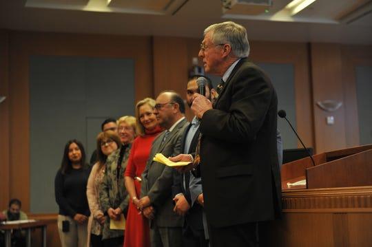 El supervisor John Phillips le presenta un homenaje al supervisor Simón Salinas durante la sesión de la junta de supervisores del martes.