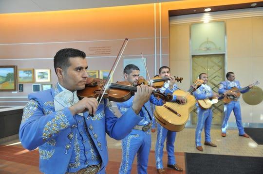 El Mariachi Muratalla le canta al supervisor Simón Salinas durante su ceremonia de retiro el martes.