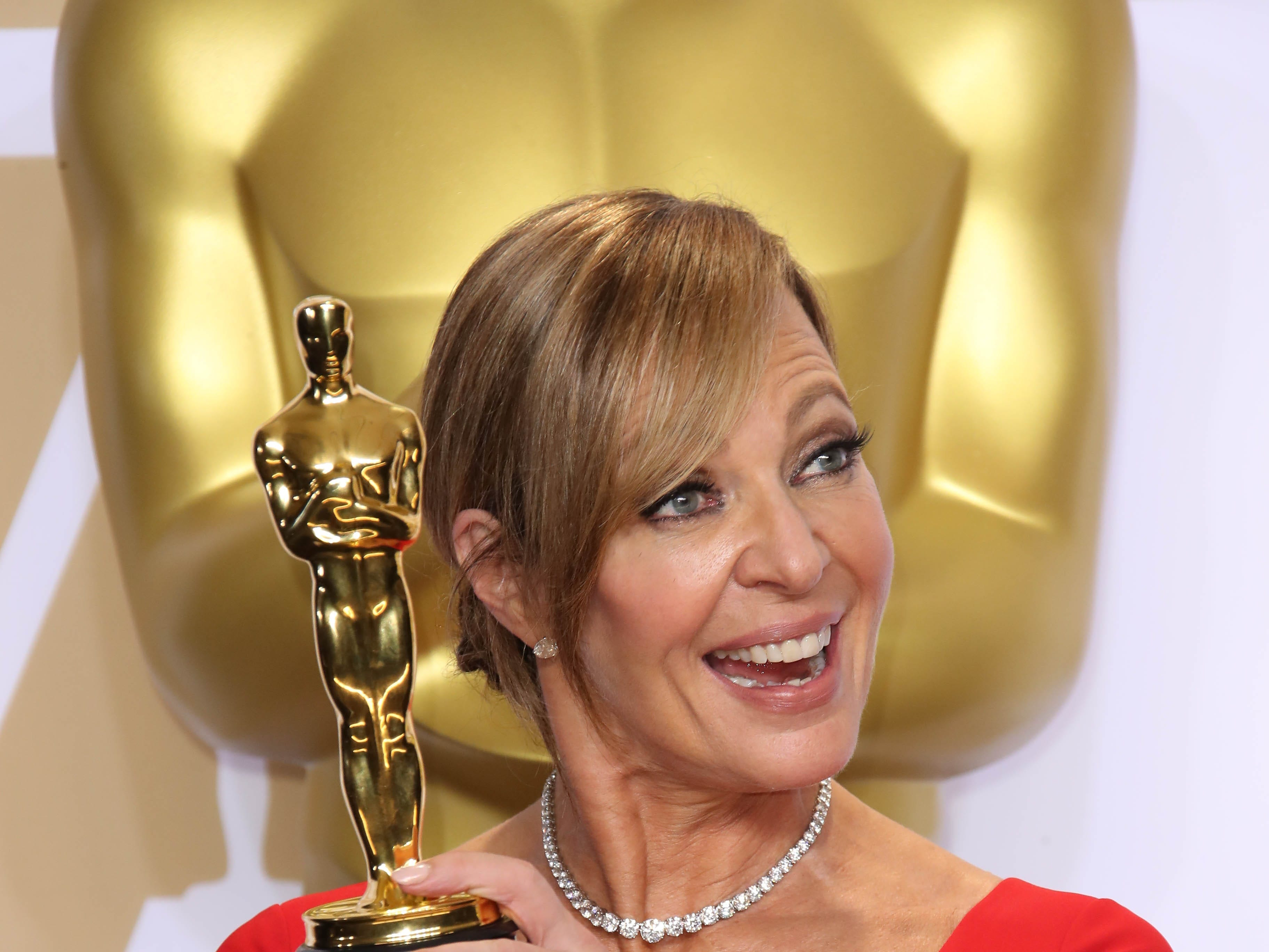 """March 4: Allison Janney poses with her best -supporting-actress Oscar for """"I, Tonya"""" at the Academy Awards."""