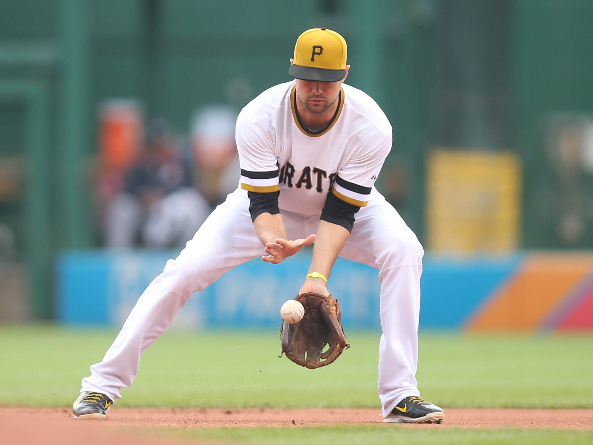 Pittsburgh Pirates shortstop Jordy Mercer fields a ground ball against the Atlanta Braves at PNC Park in 2015.