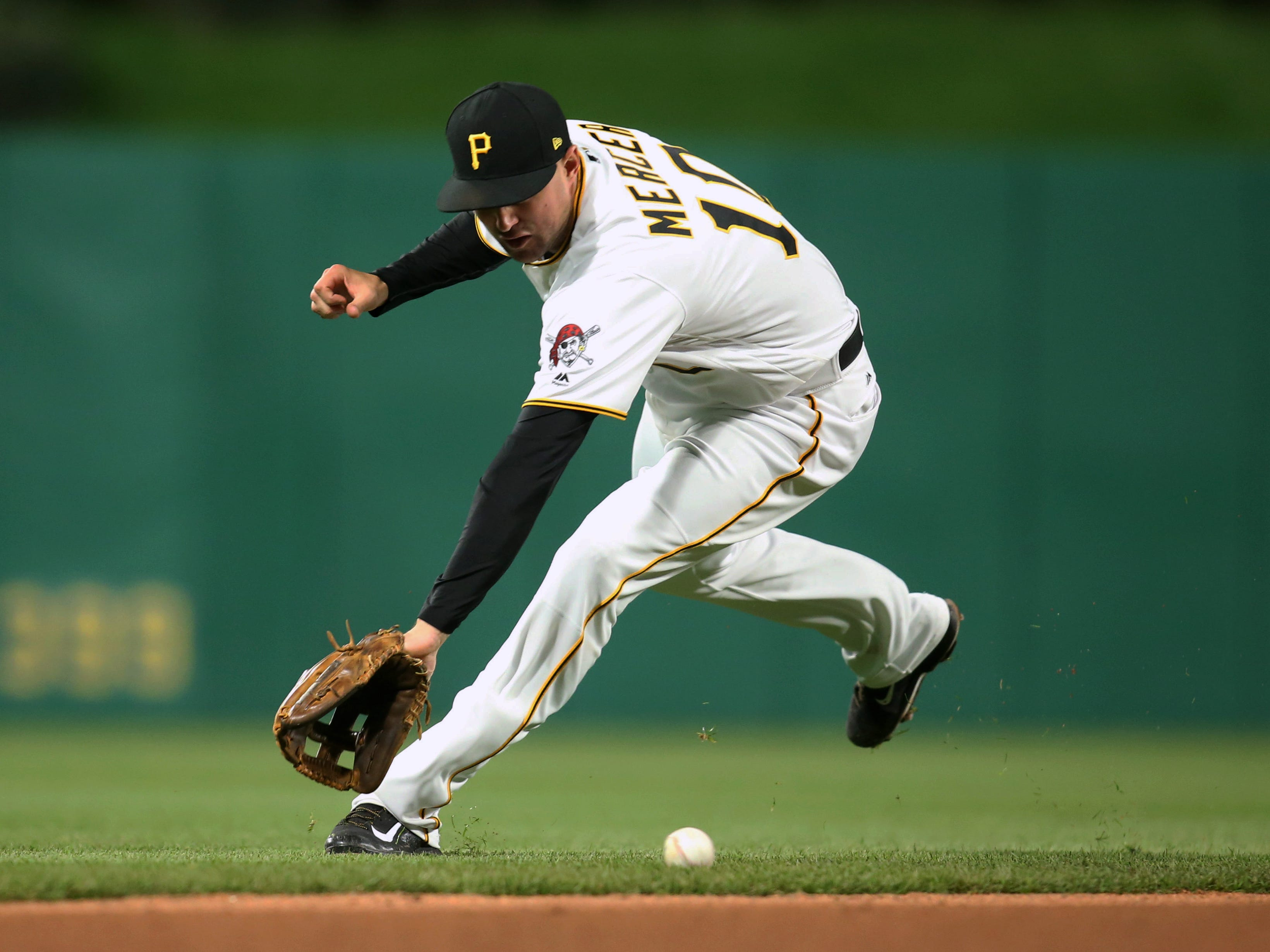 Pittsburgh Pirates shortstop Jordy Mercer fields a ground ball against the Atlanta Braves at PNC Park, April 8, 2017.