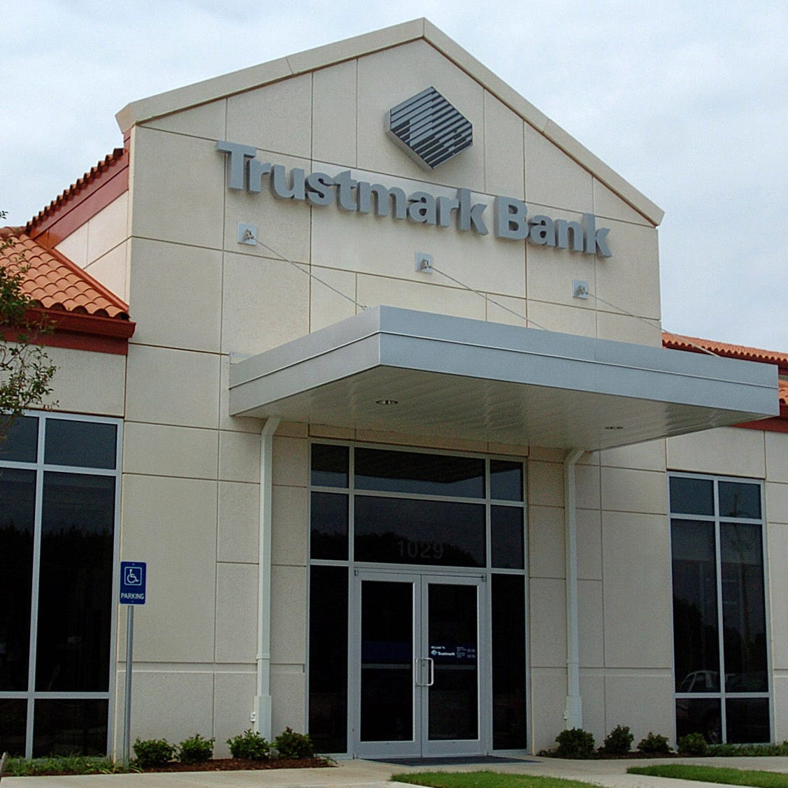 Mississippi women file class action lawsuit against Trustmark Bank over overdraft fees