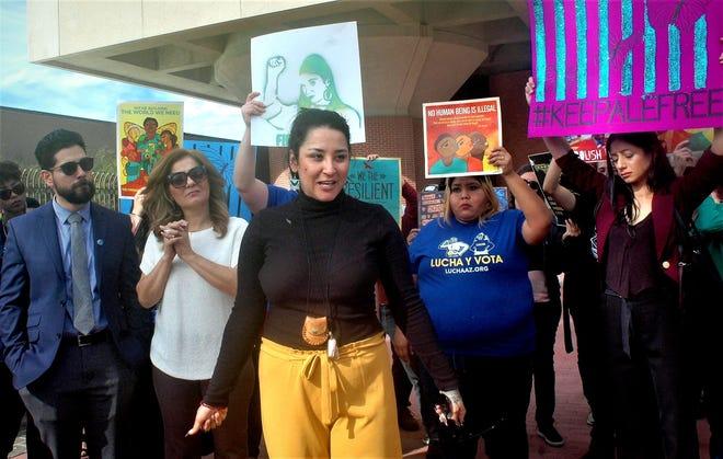 La activista mexicana Alejandra Pablos (c) habla junto a su familia y miembros de la comunidad momentos antes de entrar a la corte de inmigración el martes 11 de diciembre de 2018, en Tucson, Arizona.