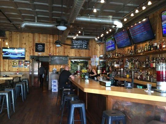 El bar y las mesas en Southside Tavern están hechas de antiguas boleras.