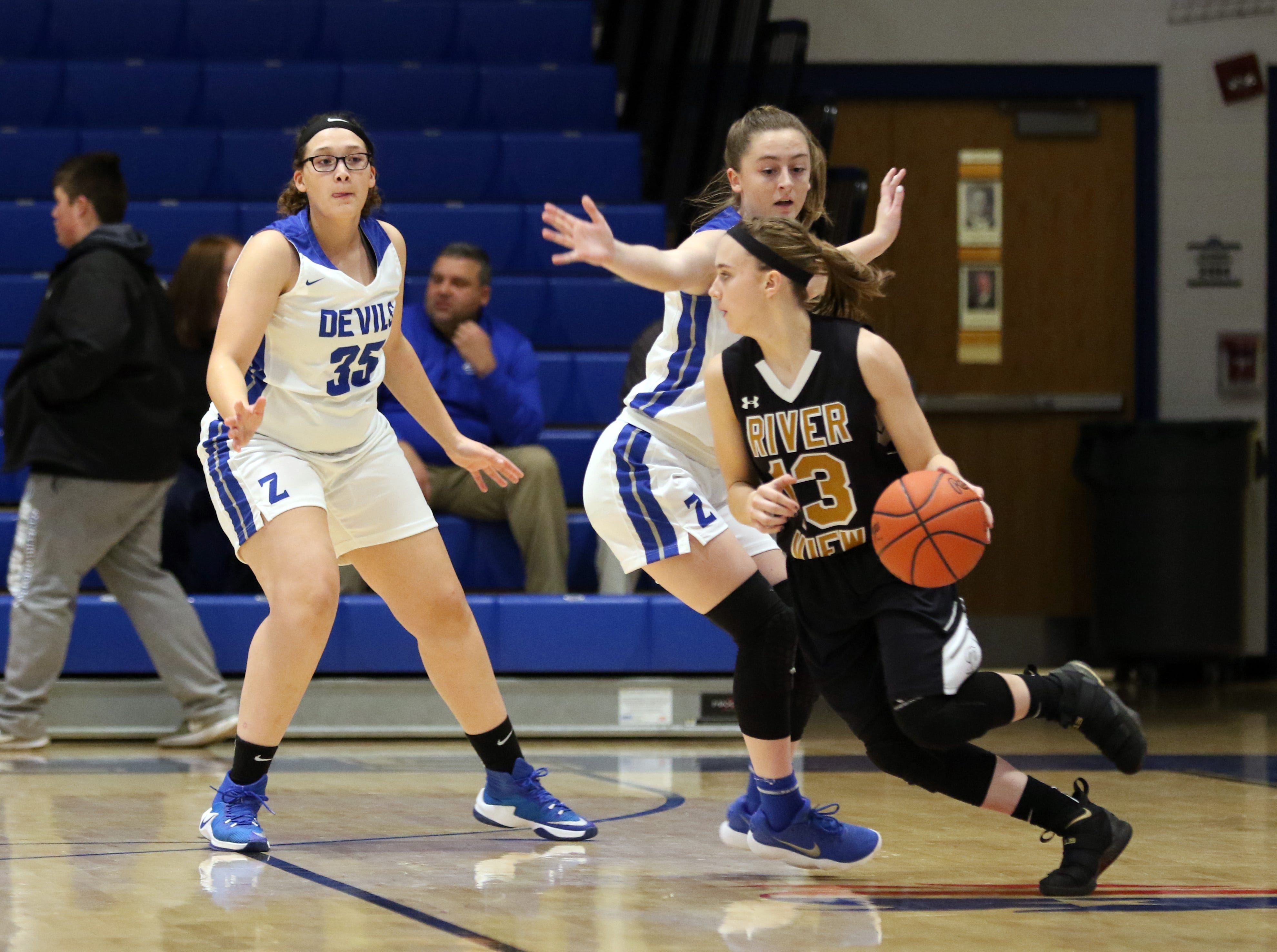 River View's Kelsey Hartsock moves with the ball against Zanesville.
