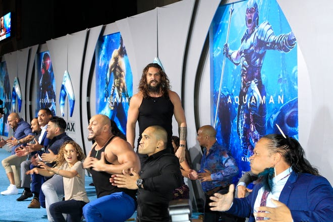 """Jason Momoa performs the Haka at the """"Aquaman"""" premiere with castmates and his kids."""