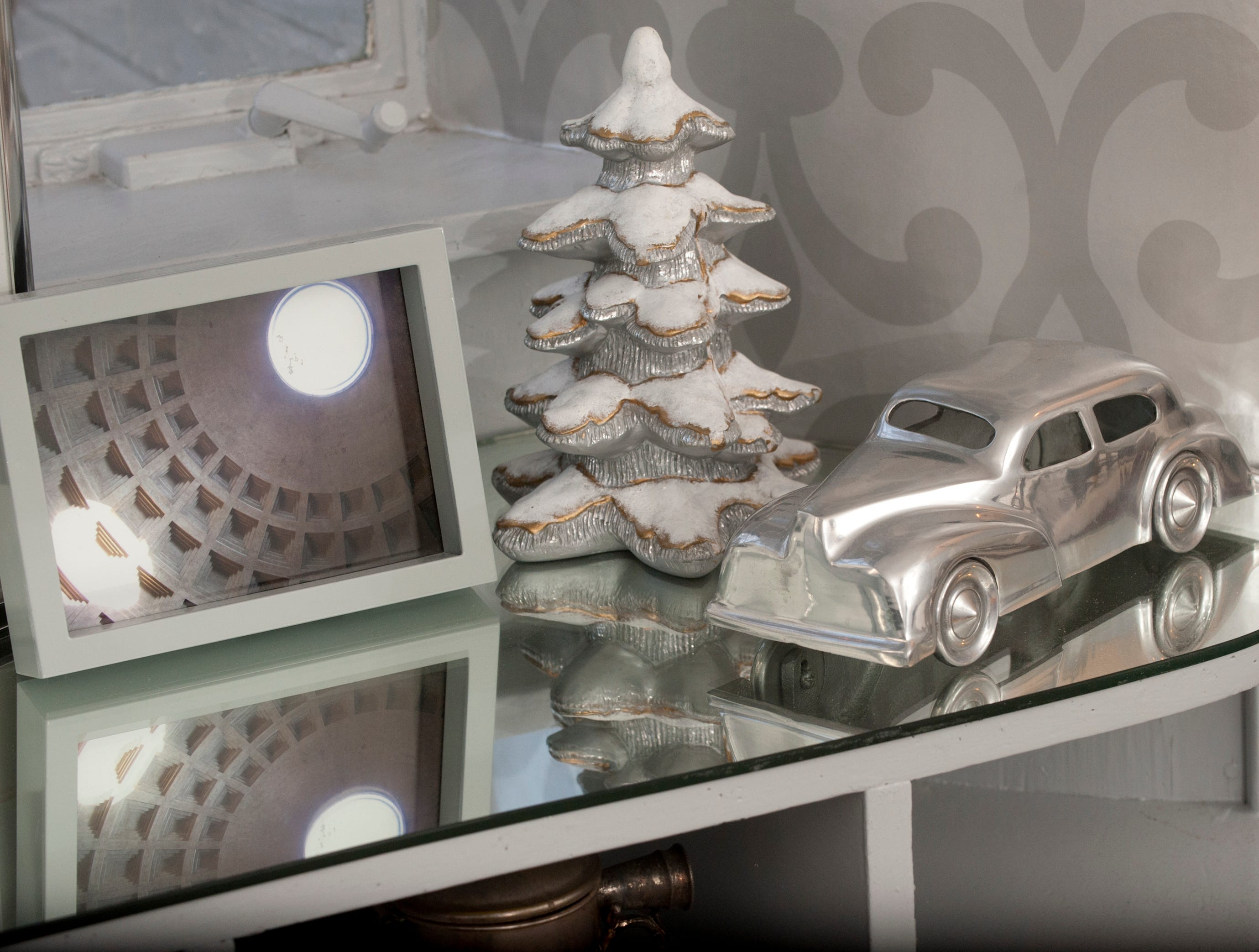 This Packard-looking car decorates the vanity in the 1st floor guest room.10 December 2018