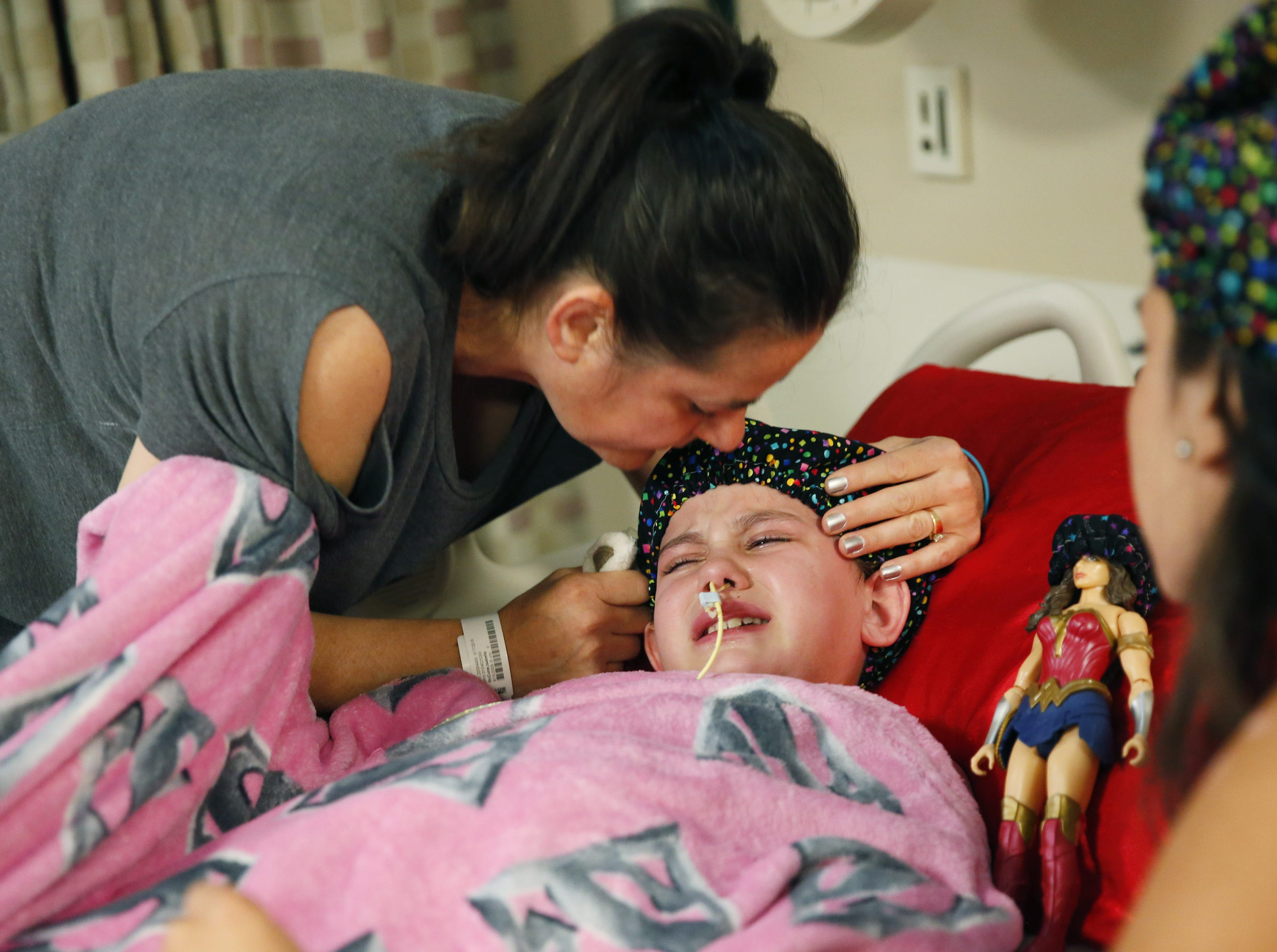 Isabella McCune gets a kiss from her mom, Lilly, before surgery at the Arizona Burn Center in Phoenix May 24, 2018. She was severely burned in a home accident in March.