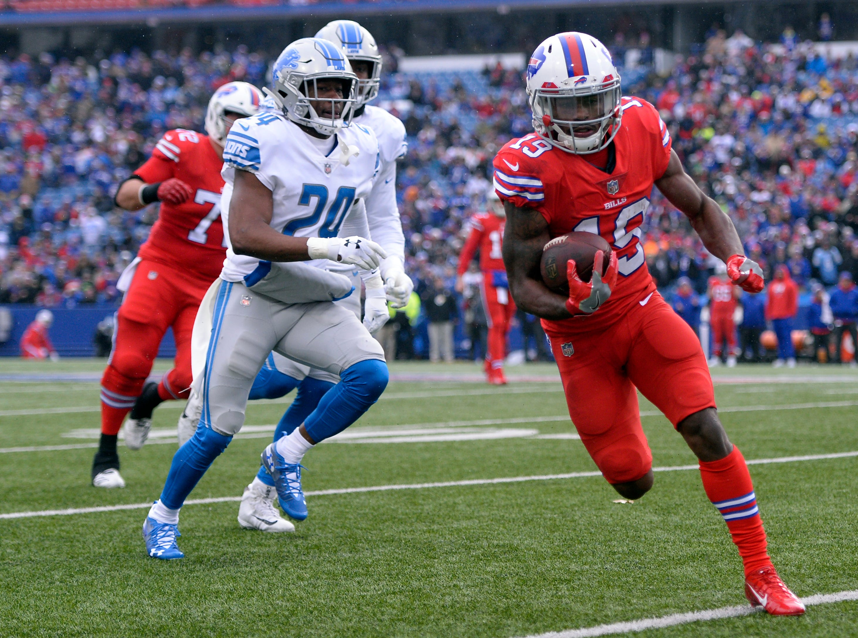 Buffalo Bills wide receiver Isaiah McKenzie, right, rushes during the first half.