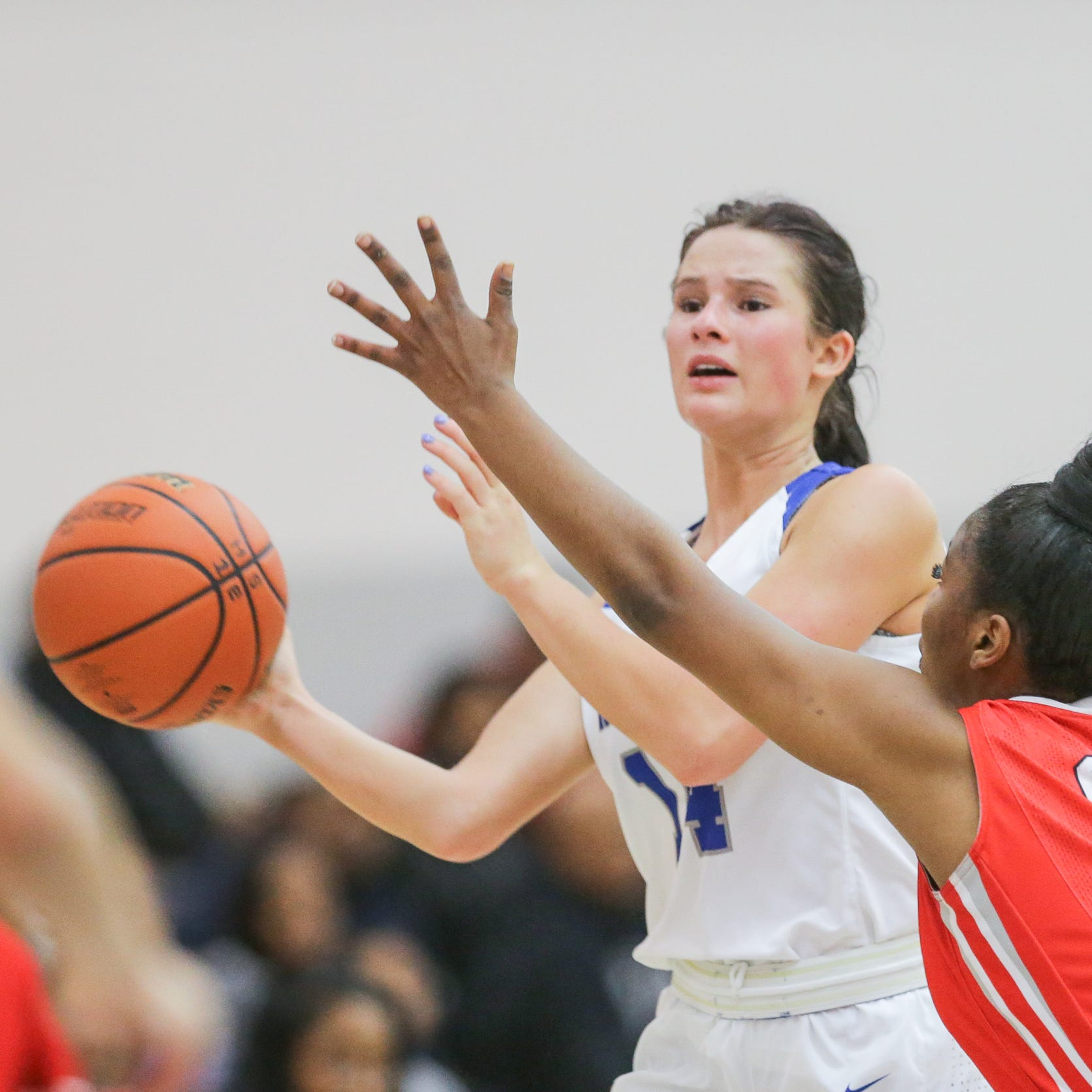HSE player's grandfather dies from heart attack outside gymnasium, team rallies behind her
