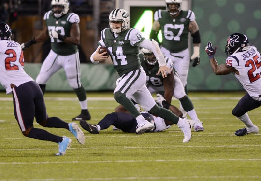 Texans at Jets at MetLife Stadium in East Rutherford on Saturday, December 15, 2018. J #14 QB Sam Darnold in the second quarter.