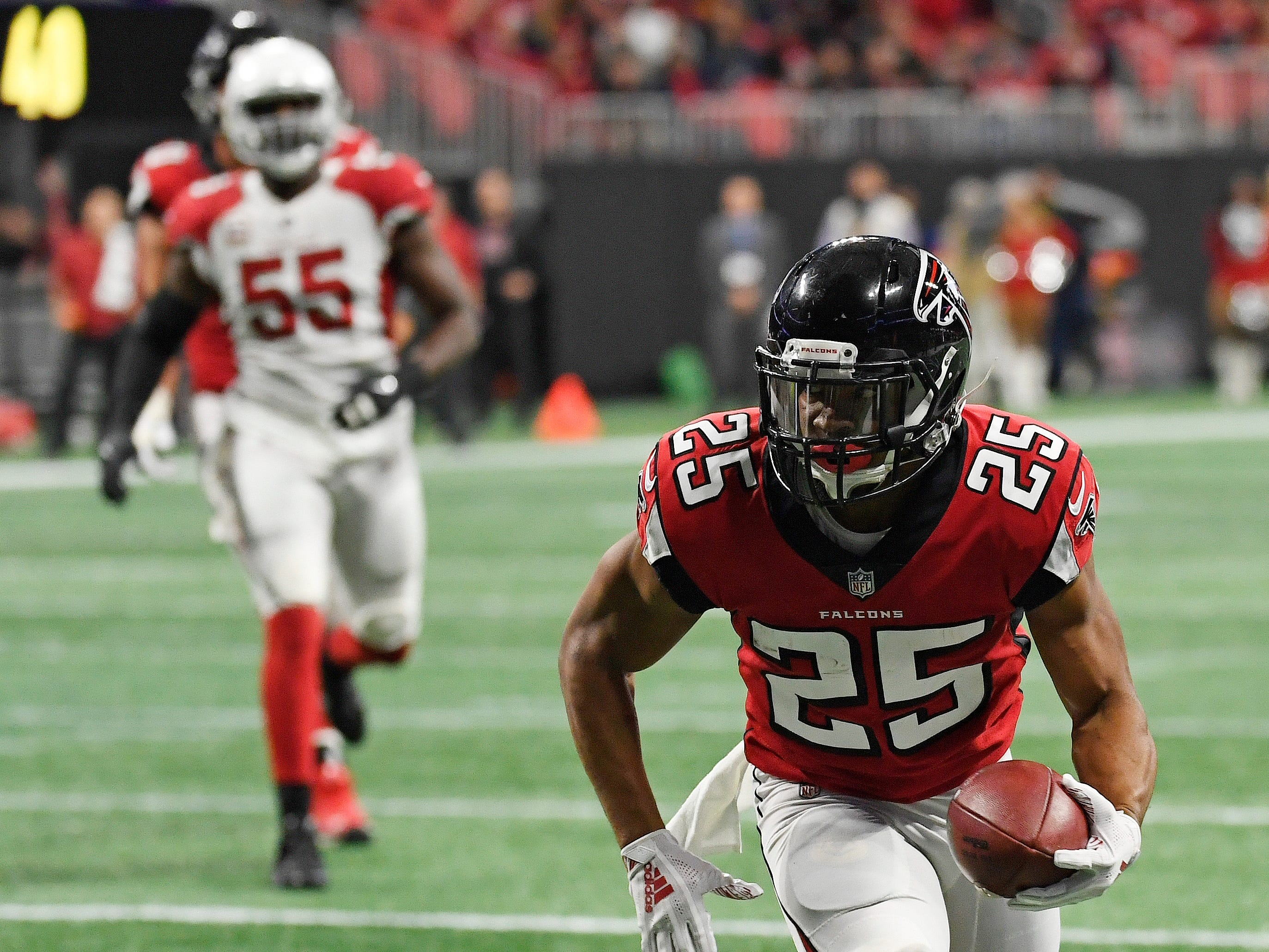 Atlanta Falcons running back Ito Smith (25) runs against the Arizona Cardinals during the first half of an NFL football game, Sunday, Dec. 16, 2018, in Atlanta.