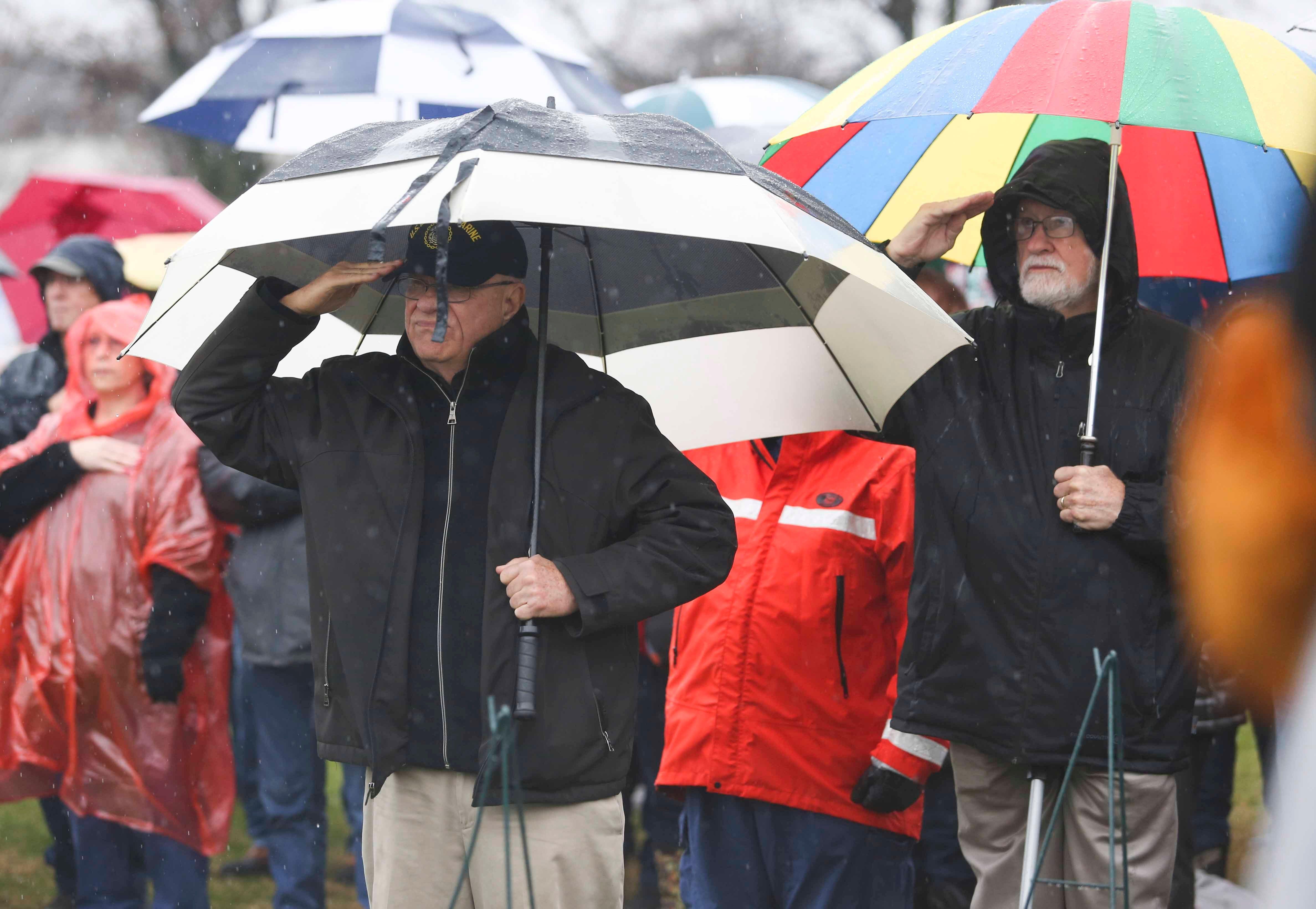 Volunteers shake off rain, lay wreaths to honor veterans in Delaware