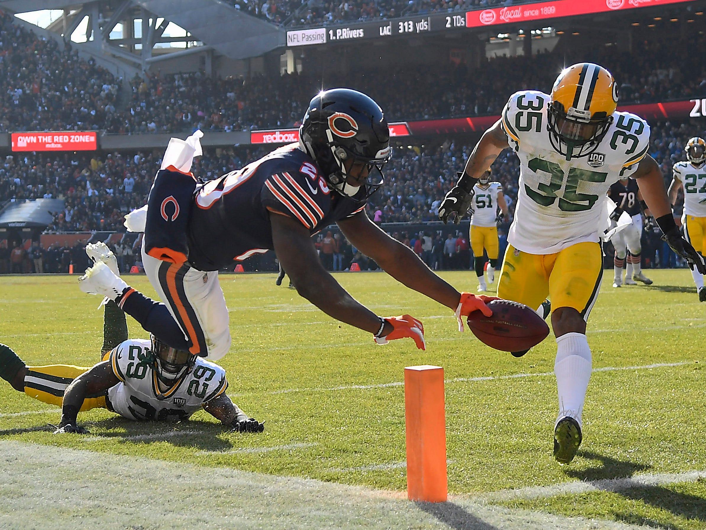 Bears running back Tarik Cohen (29) scores a touchdown against Packers defensive back Eddie Pleasant (35).