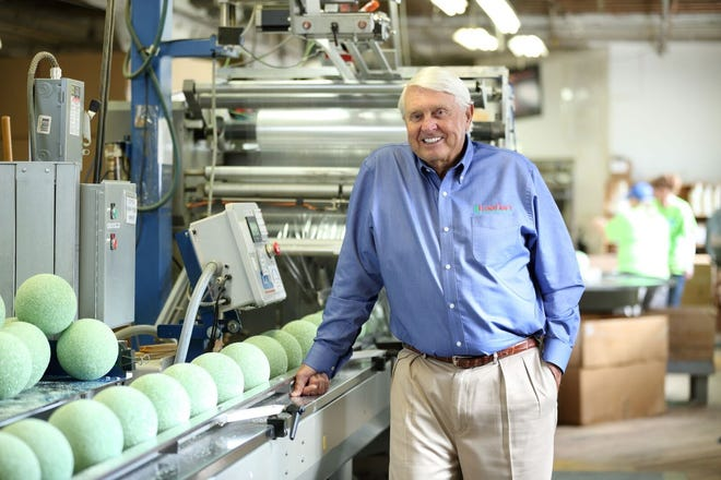 FloraCraft's owner and Chairman Lee Schoenherr to give his employees $4 million in cash and 401 (k) contributions.