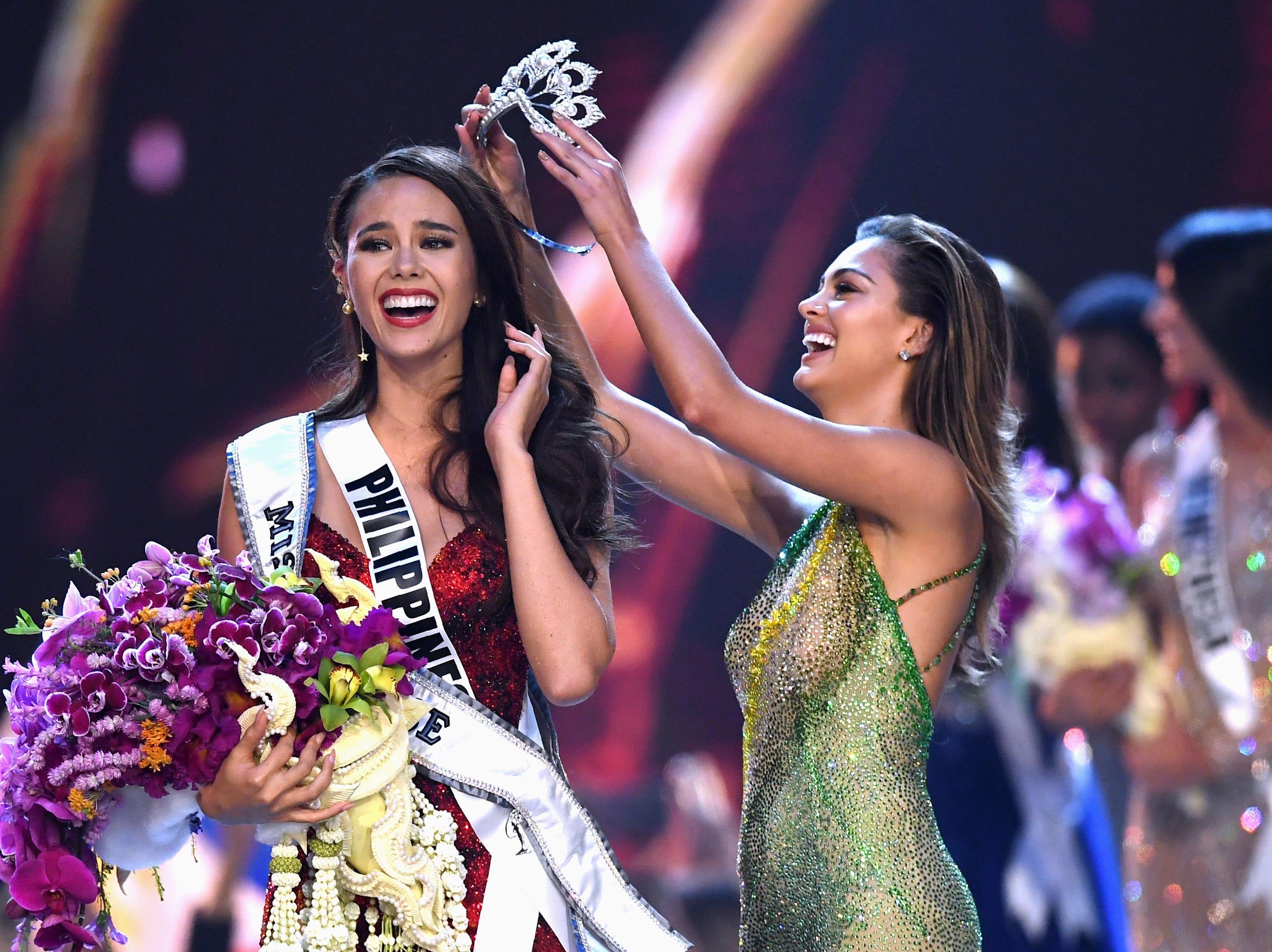 Catriona Grey, de Filipinas, sonríe al momento de ser coronada como la nueva Miss Universo 2018 por Miss Universe 2017 Demi-Leigh Nel-Peters el 17 de diciembre de 2018 en Bangkok.