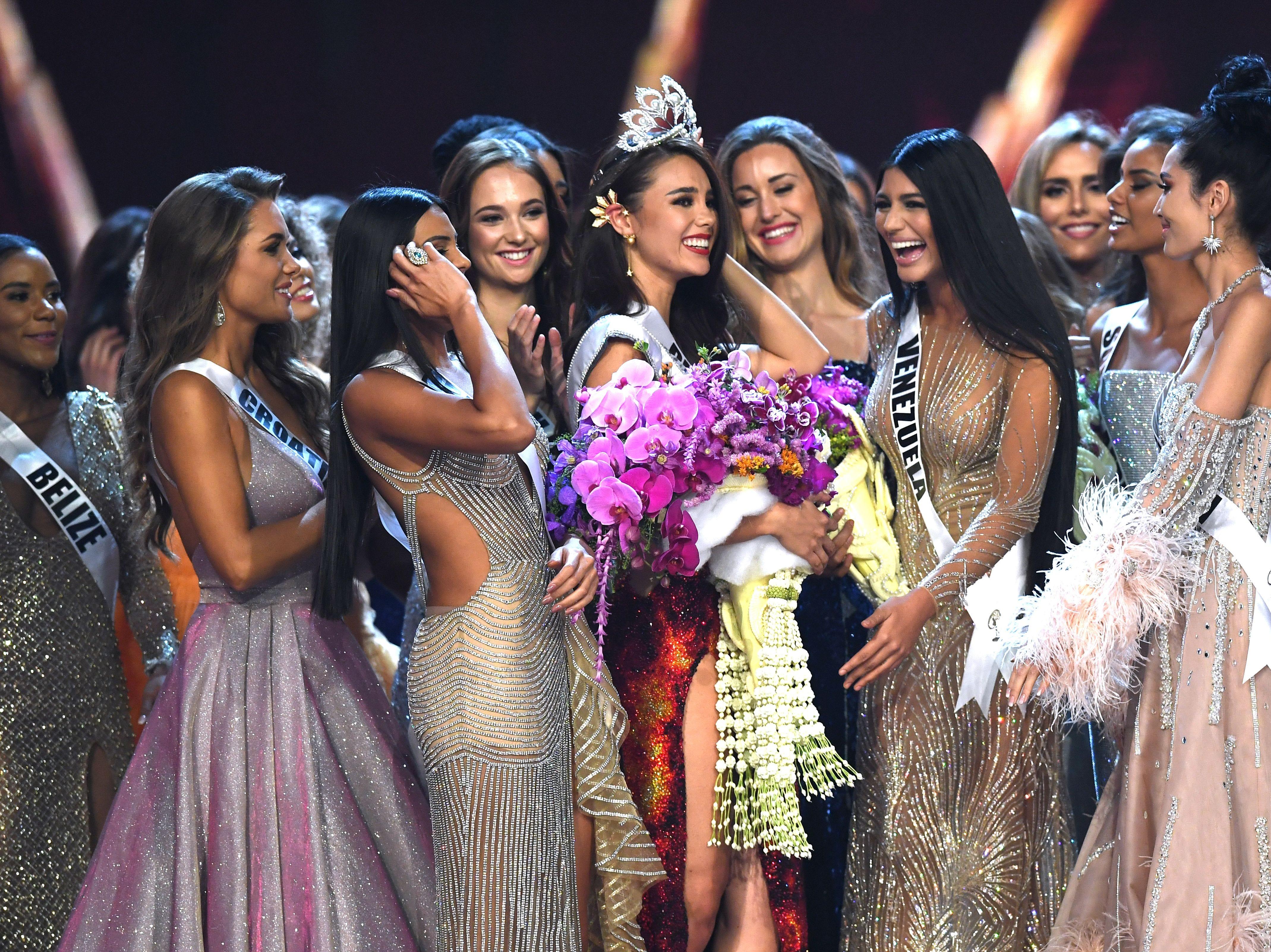 Catriona Grey de Filipinas (centro) es felicitada por los participantes después de ganar la Miss Universo 2018 el 17 de diciembre de 2018 en Bangkok.