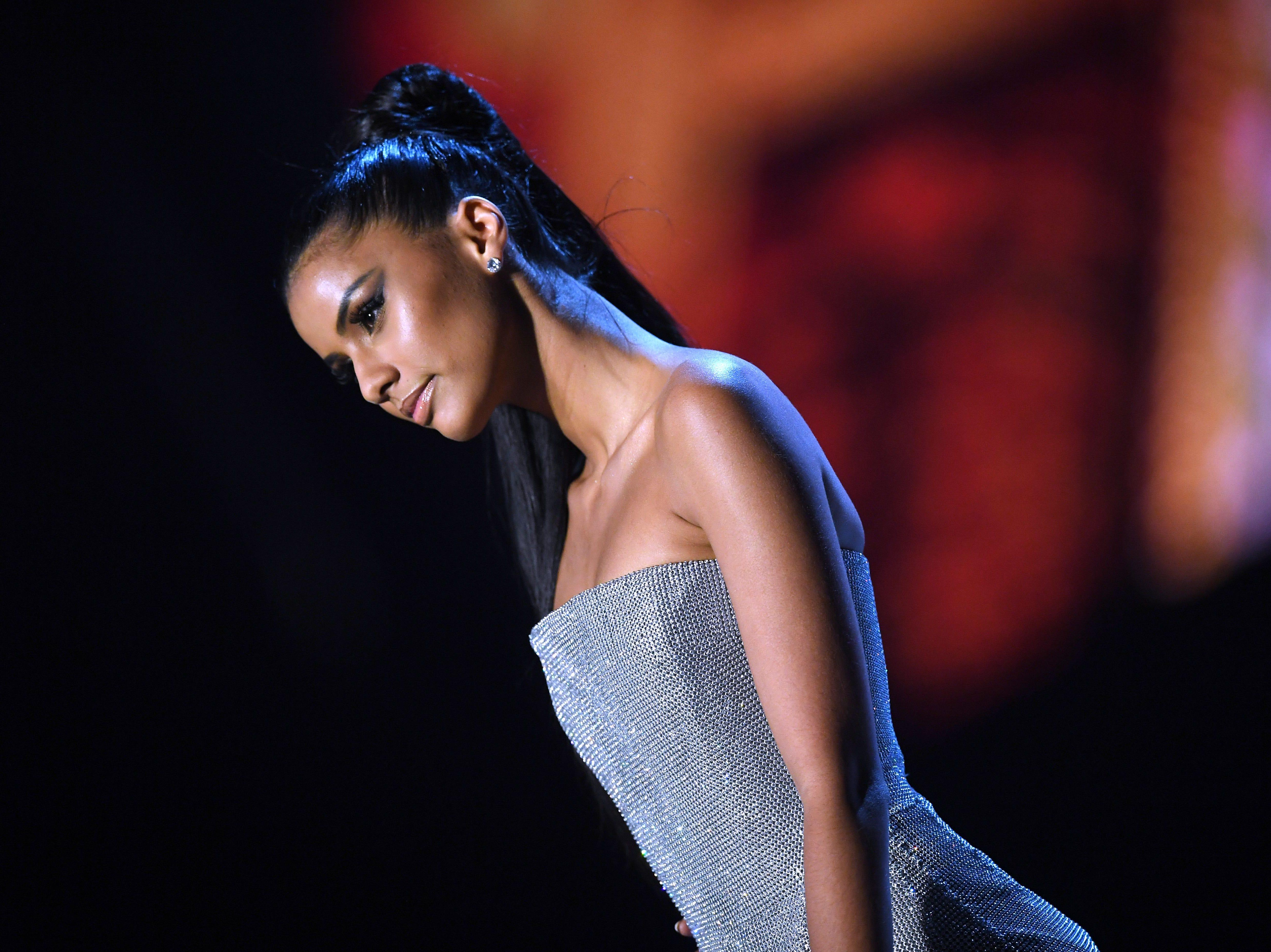 Tamaryn Green de Sudáfrica en la pasarela luego de ser seleccionada como las 10 mejores finalistas durante el concurso Miss Universo 2018 en Bangkok el 17 de diciembre de 2018.