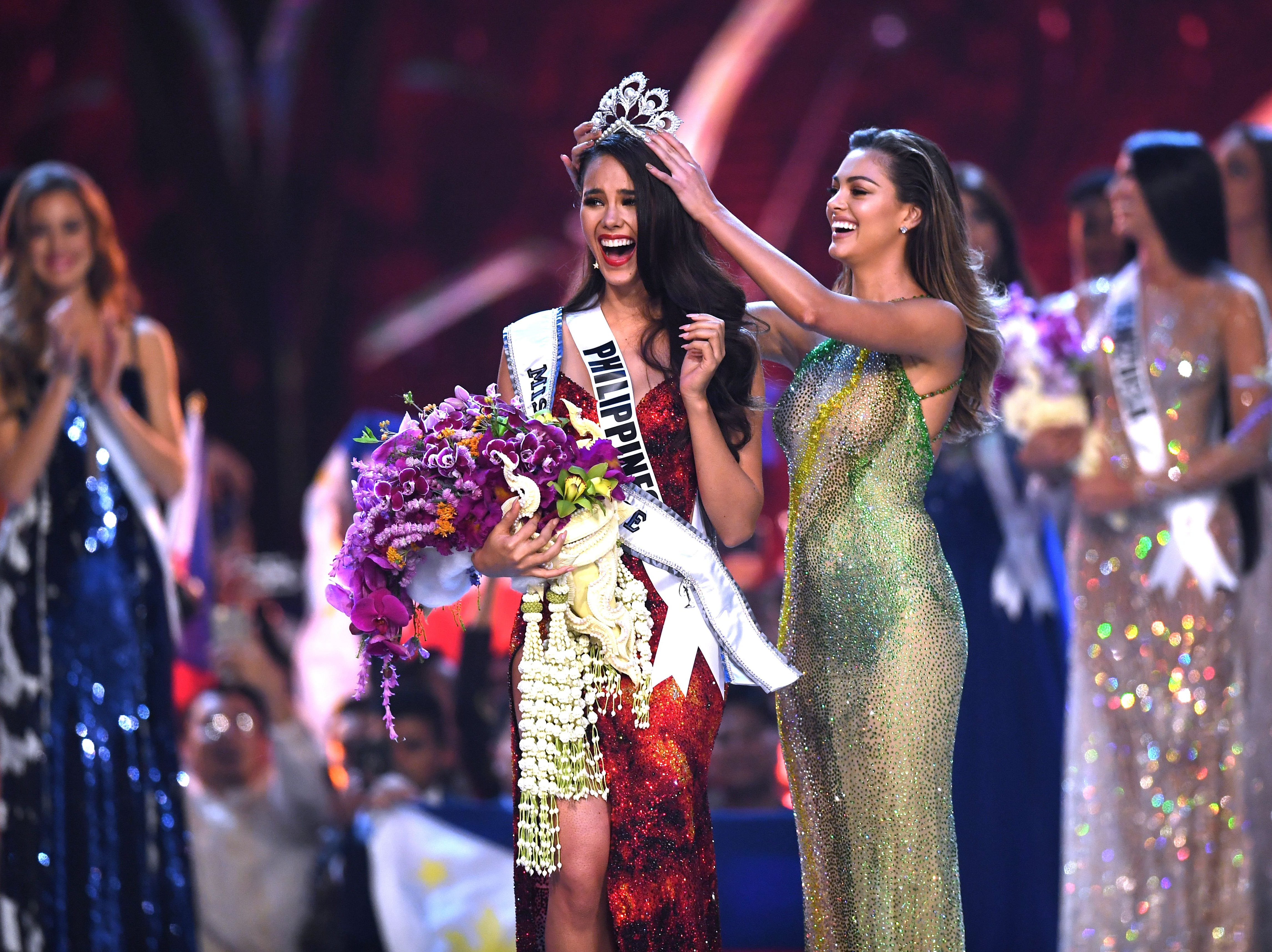 Catriona Grey, de Filipinas, sonríe al momento de ser coronada como la nueva Miss Universe 2018 por Miss Universo 2017 Demi-Leigh Nel-Peters el 17 de diciembre de 2018 en Bangkok.