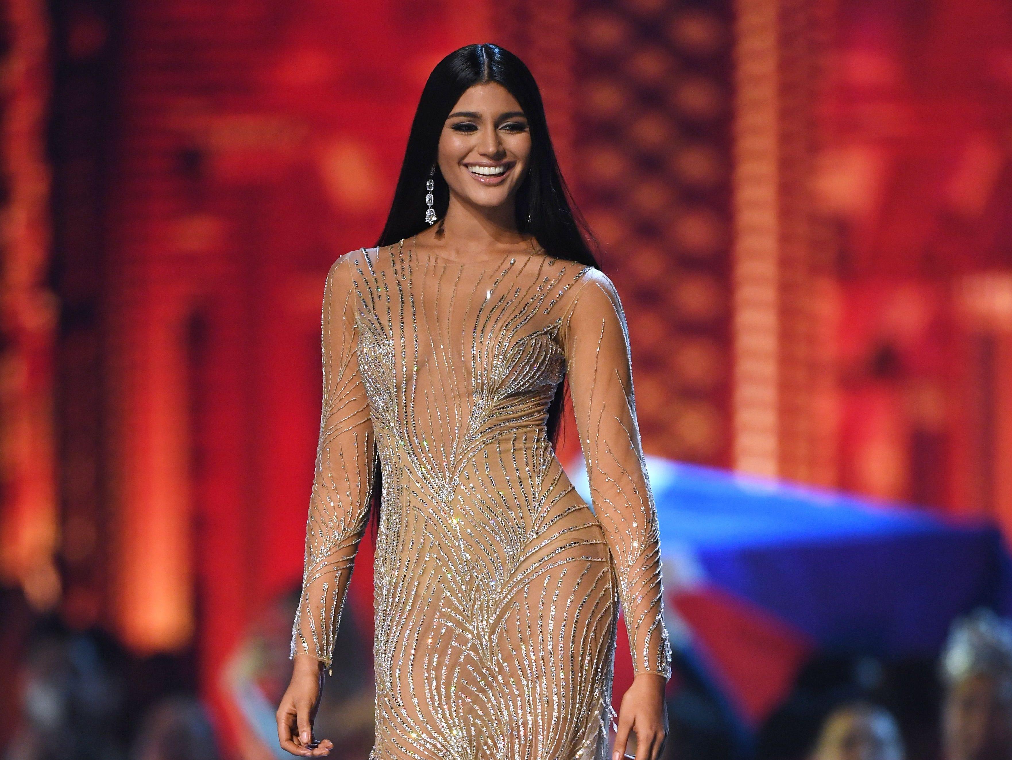 Sthefany Gutierrez de Venezuela en la pasarela luego de ser seleccionada como las 10 mejores finalistas durante el concurso Miss Universo 2018 en Bangkok el 17 de diciembre de 2018.