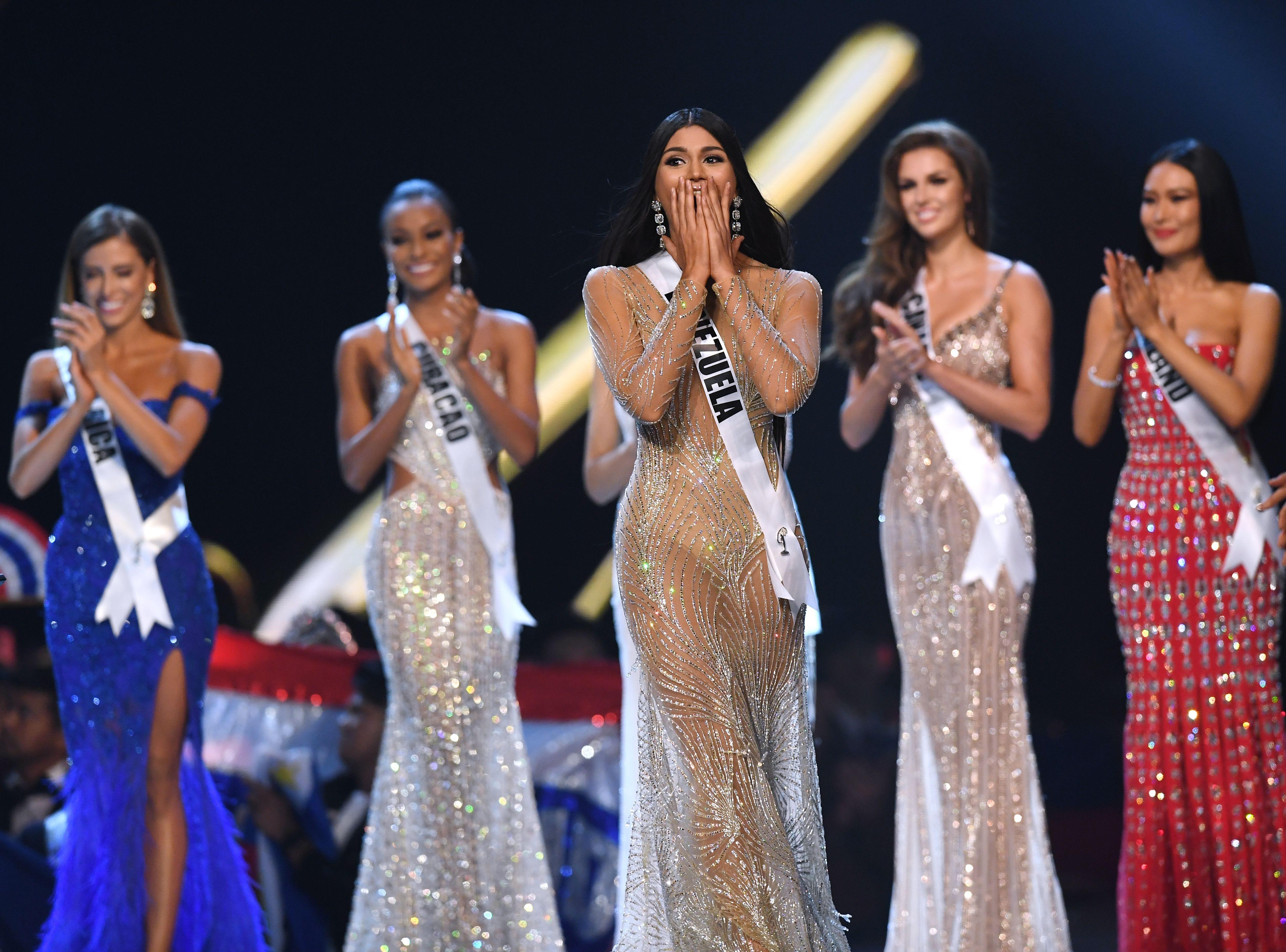 Sthefany Gutiérrez (centro) de Venezuela reacciona después de haber sido seleccionada entre las cinco mejores finalistas en el concurso Miss Universo de 2018 en Bangkok el 17 de diciembre de 2018.