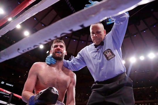 El réferi detiene la pelea ante la 4ta caída de Fielding.