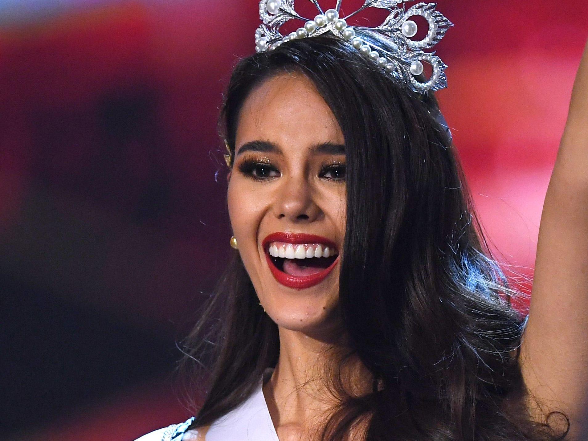 Catriona Grey de Filipinas saluda a la audiencia luego de ser coronada como la nueva Miss Universo 2018 el 17 de diciembre de 2018 en Bangkok.