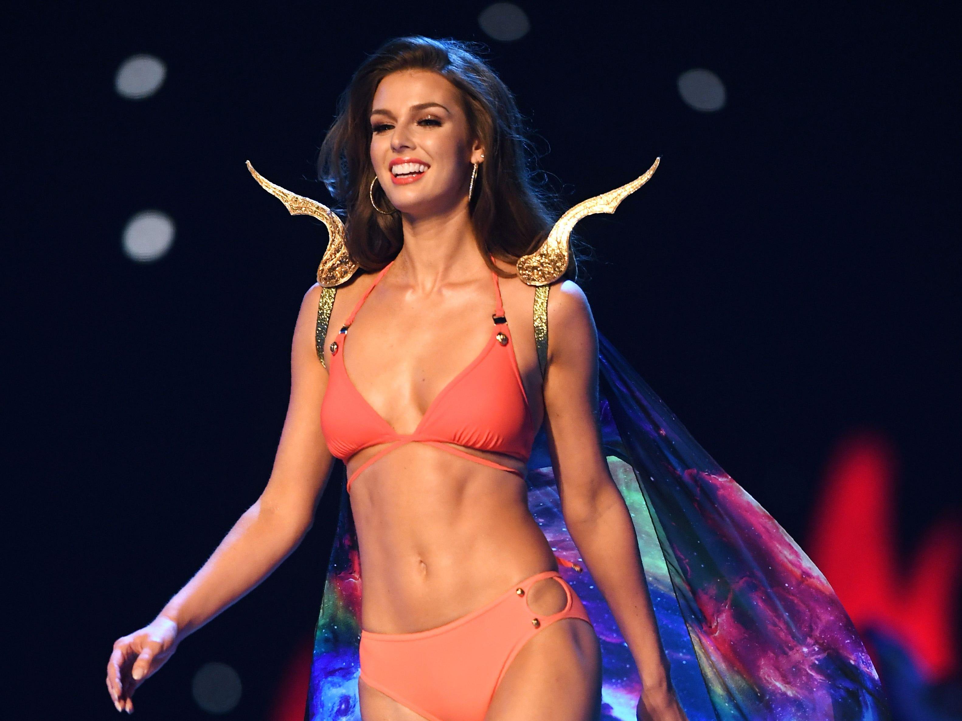 Marta Stepien, de Canadá, en el desfile de traje de baño del concurso Miss Universo de 2018 en Bangkok el 17 de diciembre de 2018.