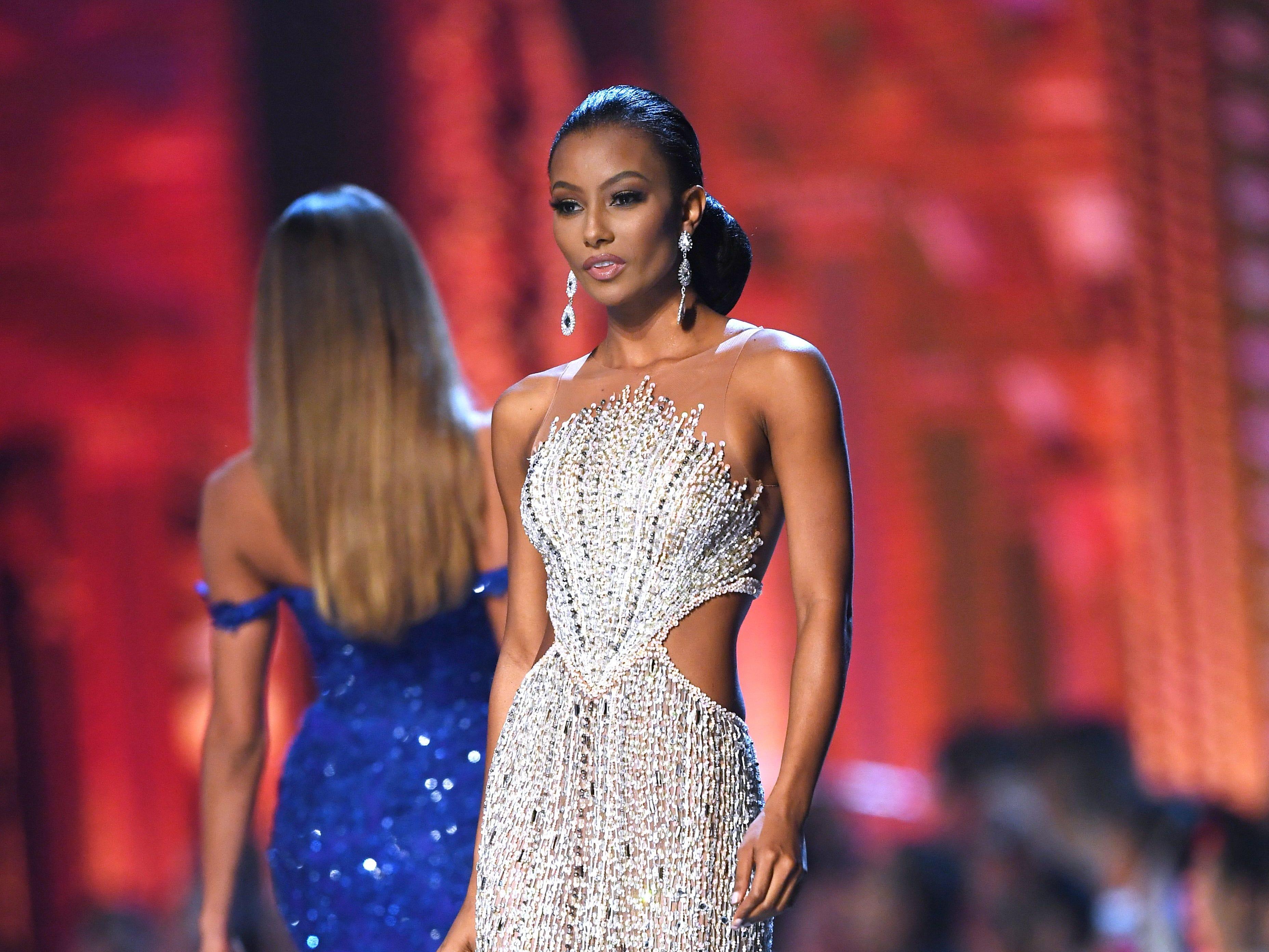 Akisha Albert de Curacao en la pasarela luego de ser seleccionada como las 10 mejores finalistas durante el concurso Miss Universo 2018 en Bangkok el 17 de diciembre de 2018.