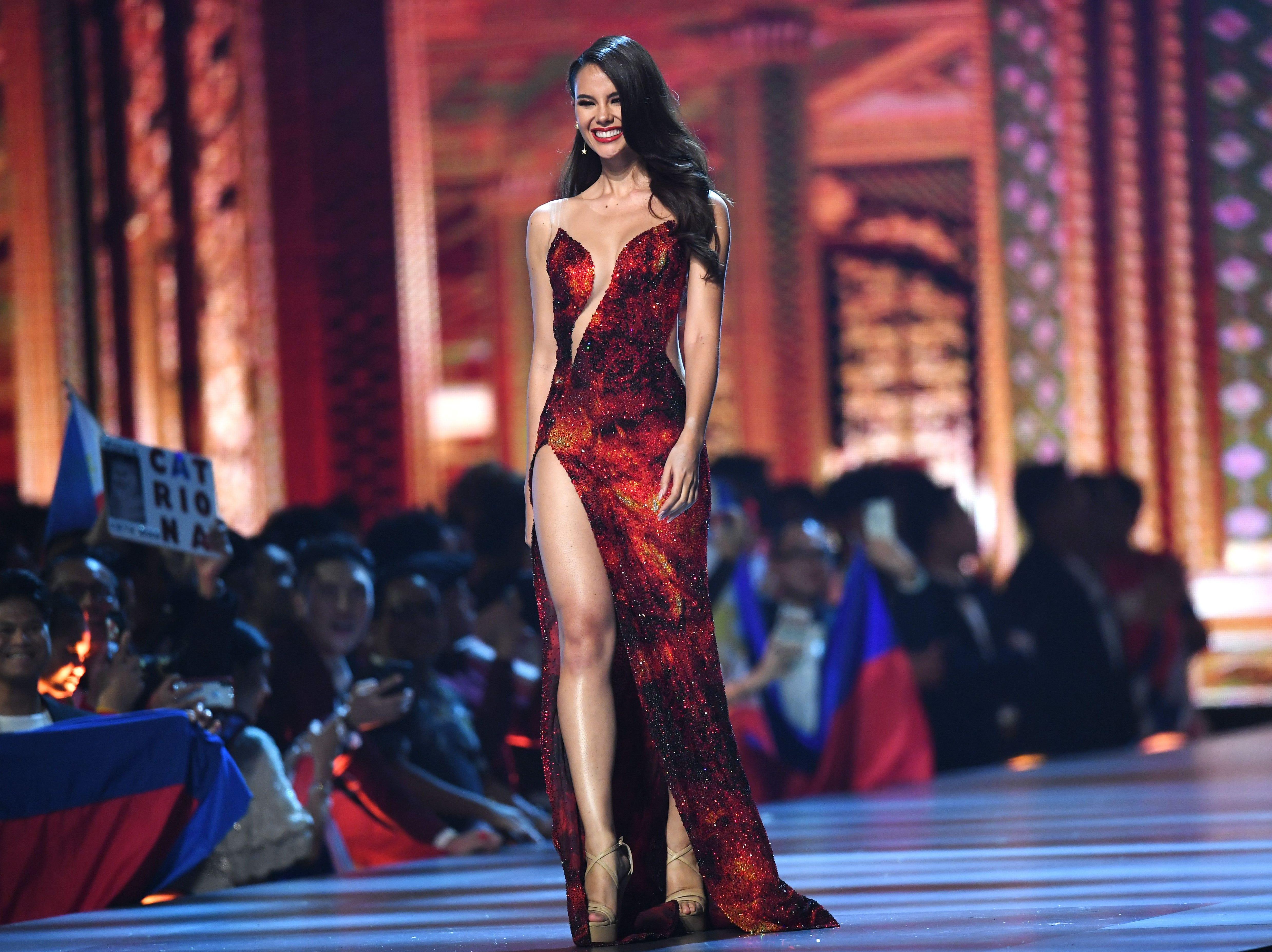Catriona Gray de Filipinas en la pasarela luego de ser seleccionada como las 10 mejores finalistas durante el concurso Miss Universo 2018 en Bangkok el 17 de diciembre de 2018.
