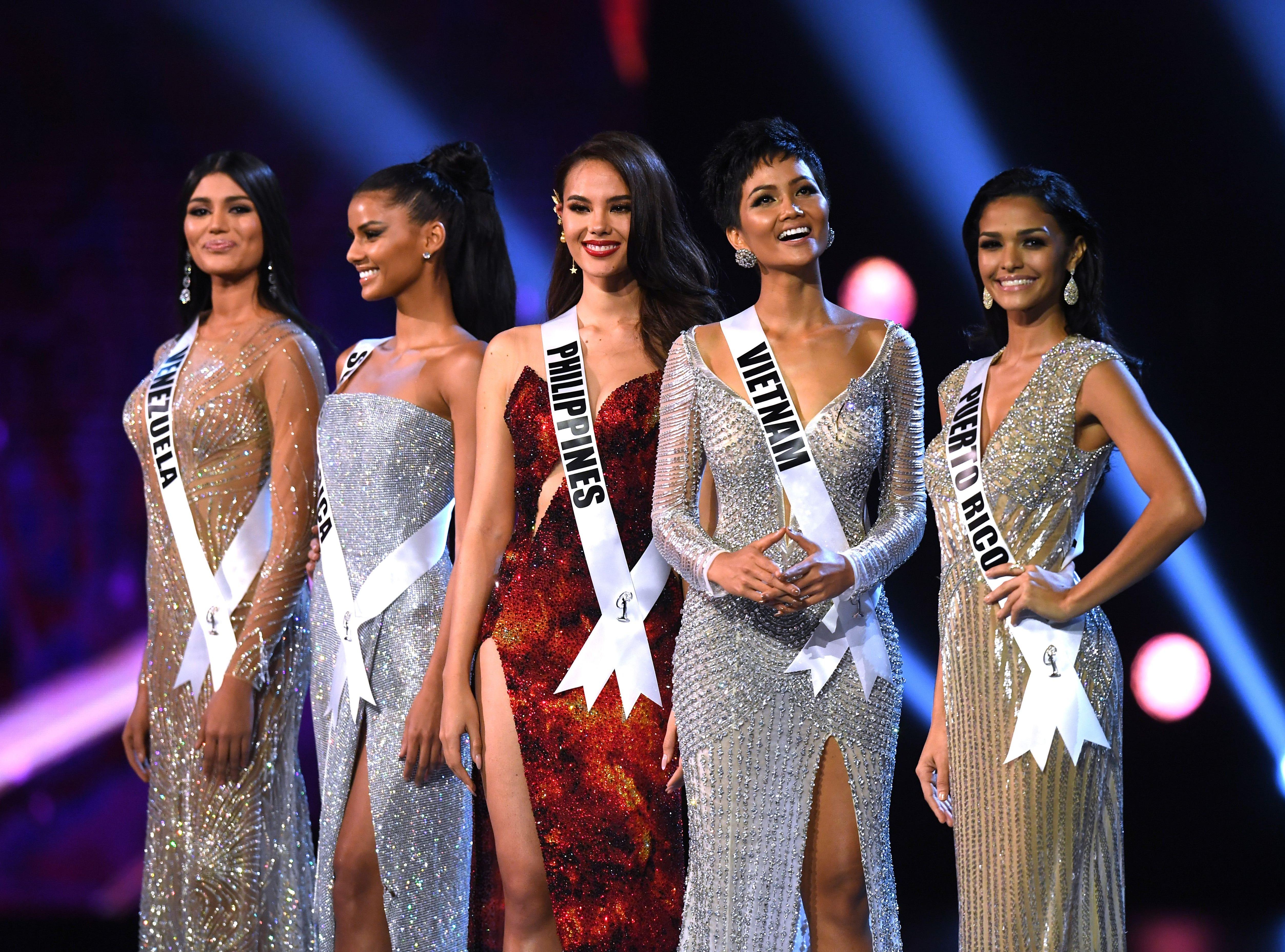 Sthefany Gutiérrez de Venezuela, Tamaryn Green de Sudáfrica, Catriona Gray de Filipinas, H'Hen Nie de Vietnam y Kiara Ortega Puerto de Rico permanecen en el escenario después de haber sido seleccionado como los cinco finalistas principales durante el concurso Miss Universo 2018 en Bangkok el 17 de diciembre de 2018.