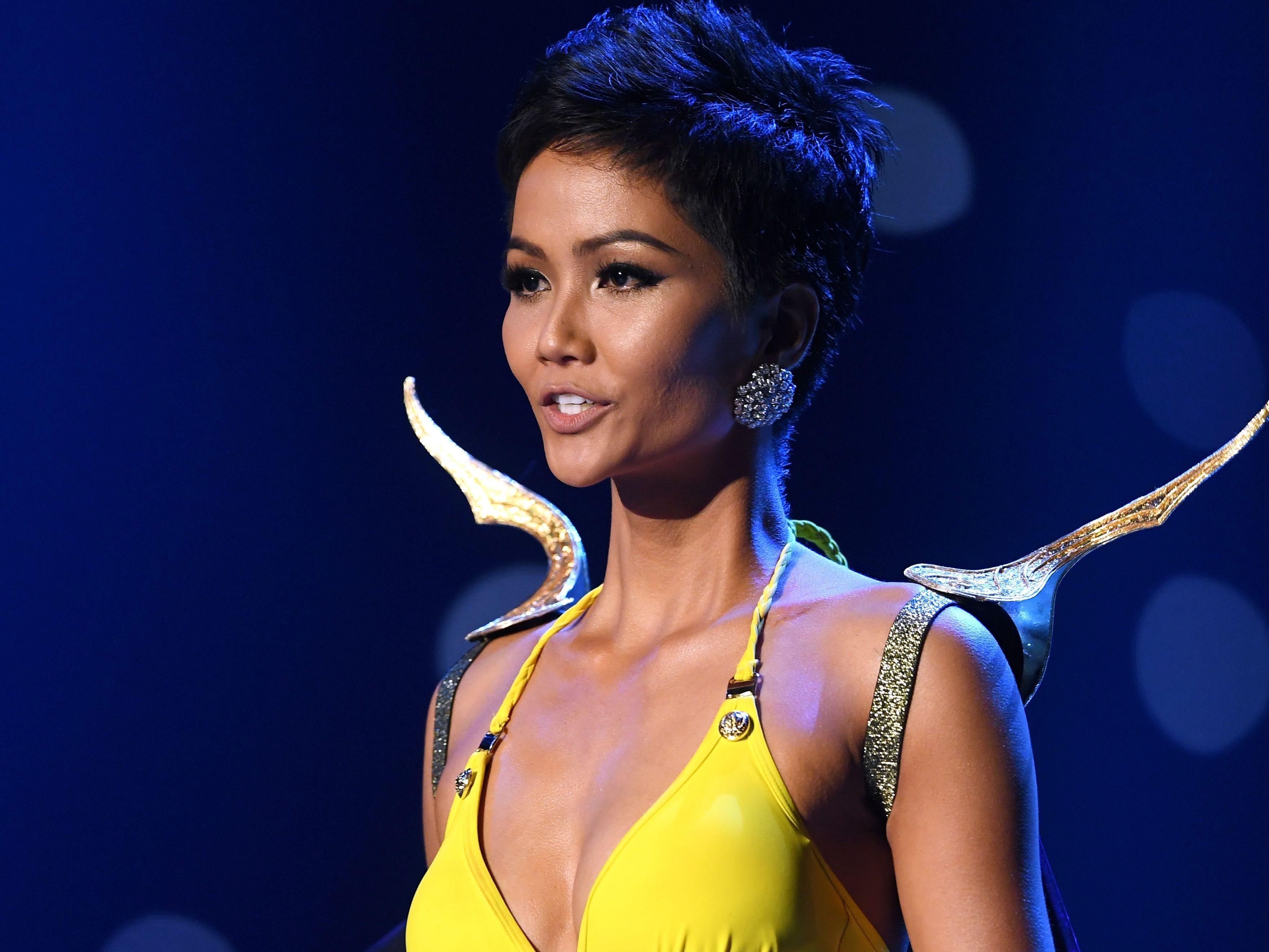 H'Hen Nie, de Vietnam, en el desfile de traje de baño del concurso Miss Universo de 2018 en Bangkok el 17 de diciembre de 2018.