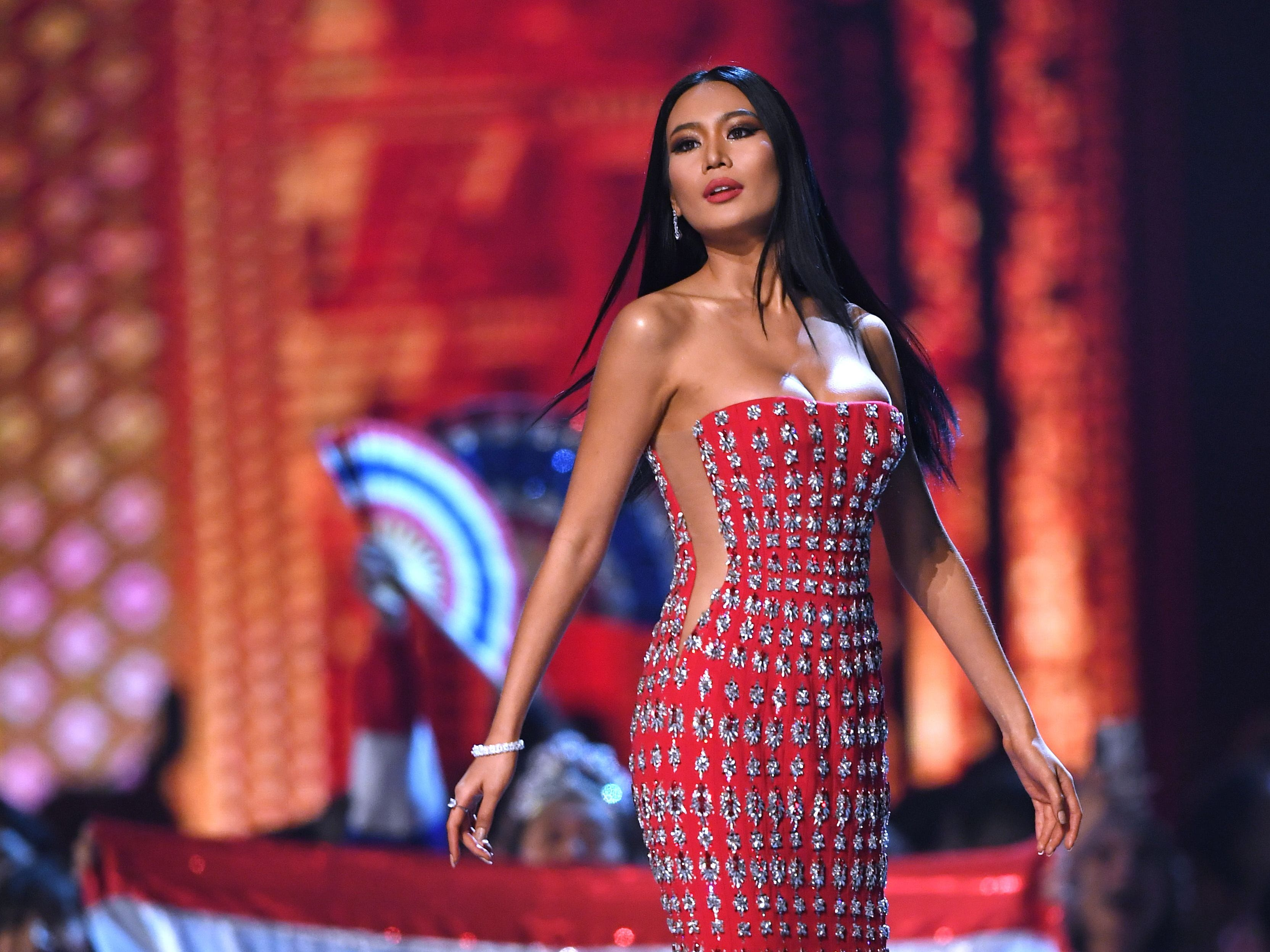 Sophida Kanchanarin de Tailandia en la pasarela luego de ser seleccionada como las 10 mejores finalistas durante el concurso Miss Universo 2018 en Bangkok el 17 de diciembre de 2018.