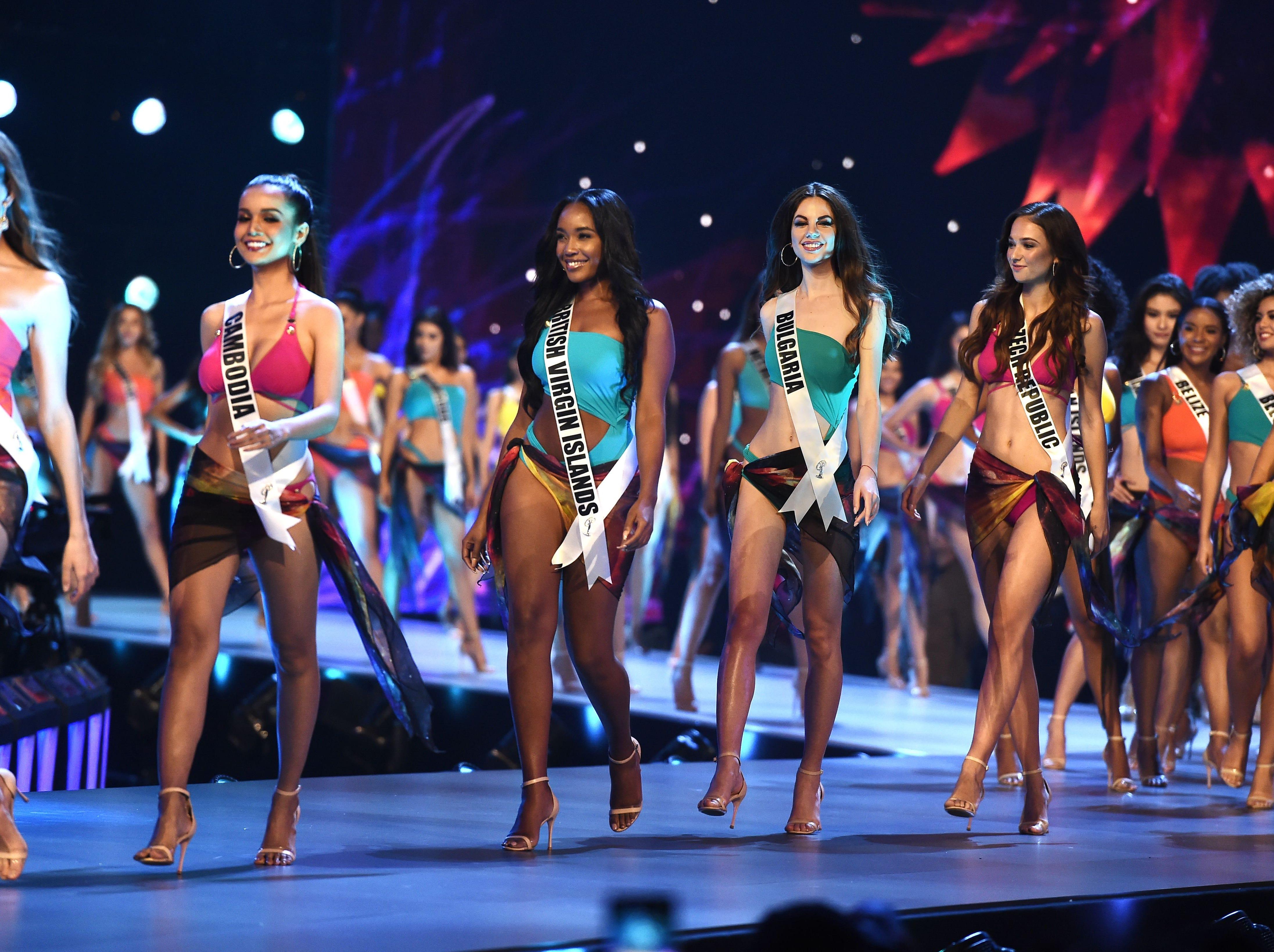 Los concursantes compiten en traje de baño durante el Concurso de Miss Universo de 2018 en Bangkok el 17 de diciembre de 2018.