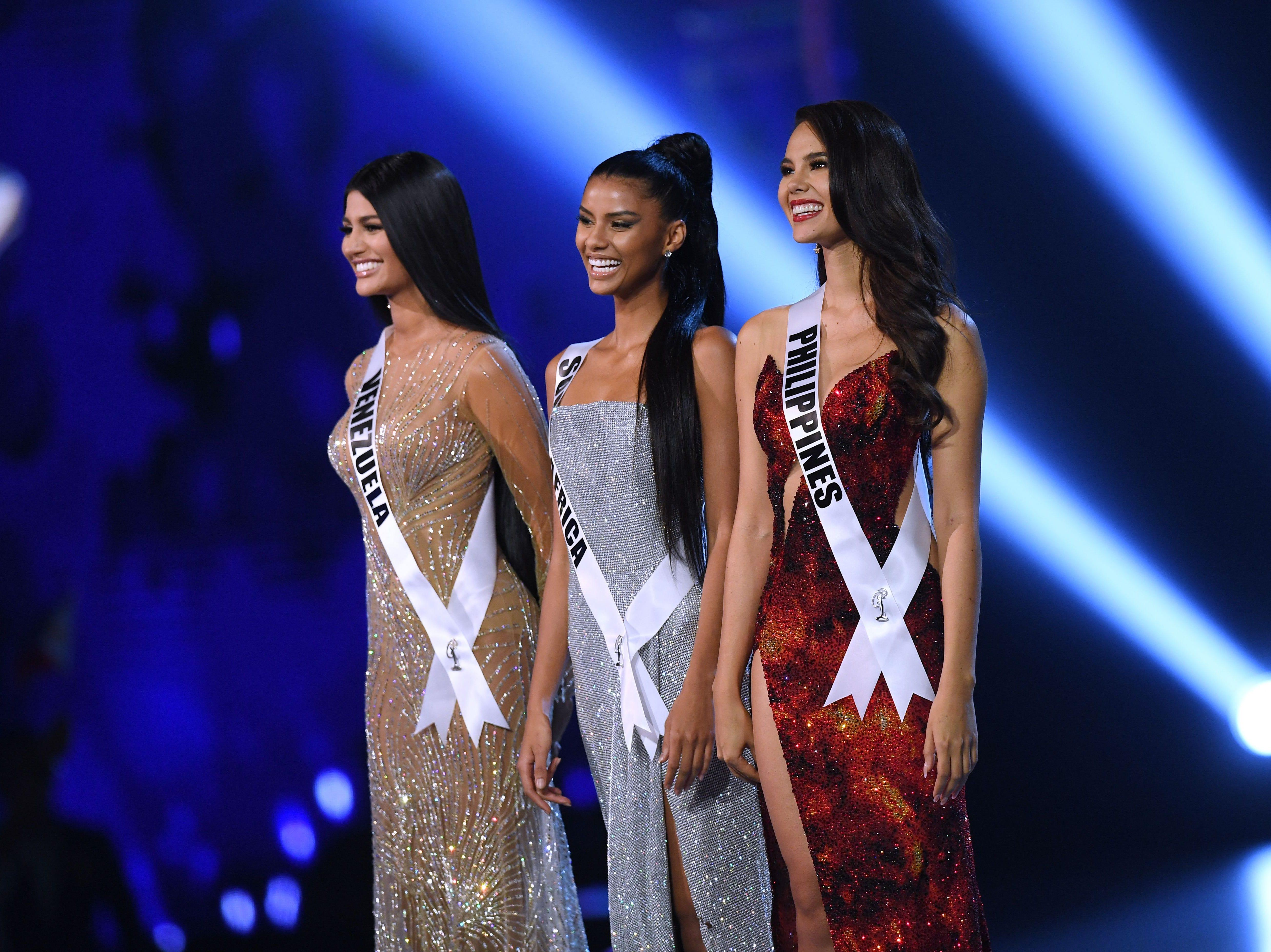 Sthefany Gutierrez (izq) de Venezuela, Tamaryn Green (centro) de Sudáfrica y Catriona Gray (der) de Filipinas se colocan en el escenario después de haber sido seleccionadas como las tres finalistas más importantes durante el concurso Miss Universo de 2018 en Bangkok el 17 de diciembre de 2018.