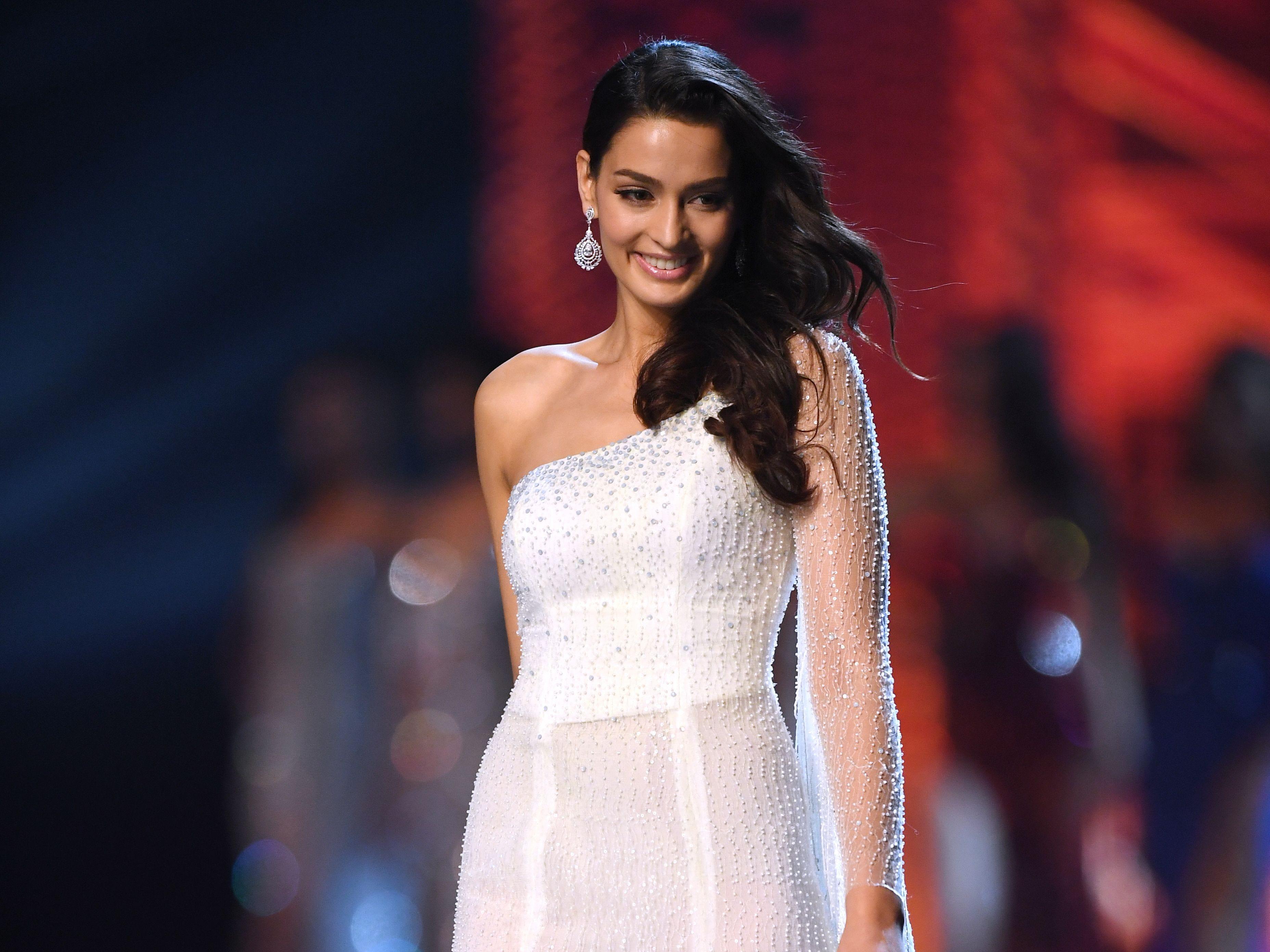 Manita Devkota de Nepal en la pasarela luego de ser seleccionada como las 10 mejores finalistas durante el concurso Miss Universo 2018 en Bangkok el 17 de diciembre de 2018.