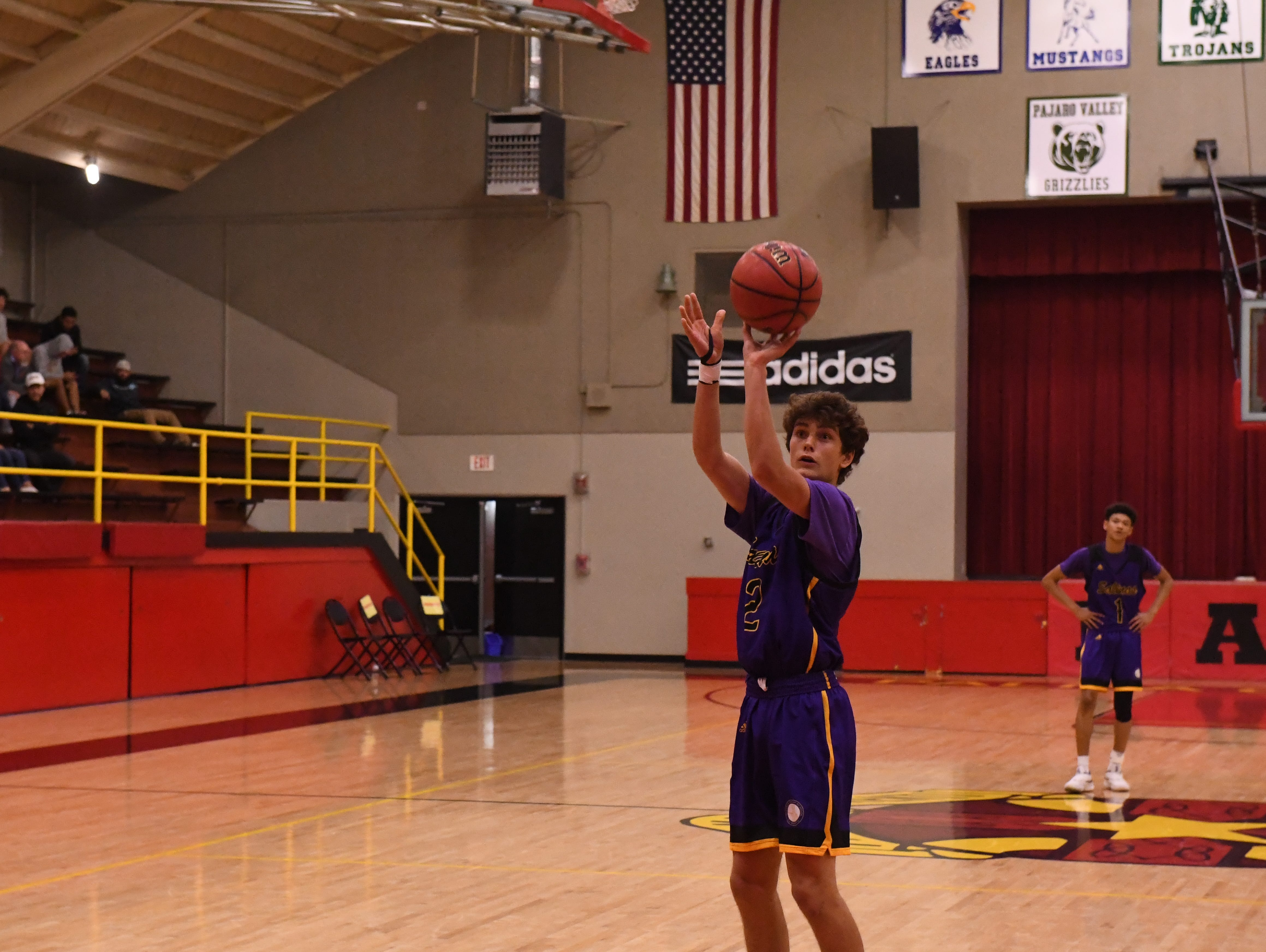 Salinas guard Parker Horton (2) shoots a free throw in the third quarter.