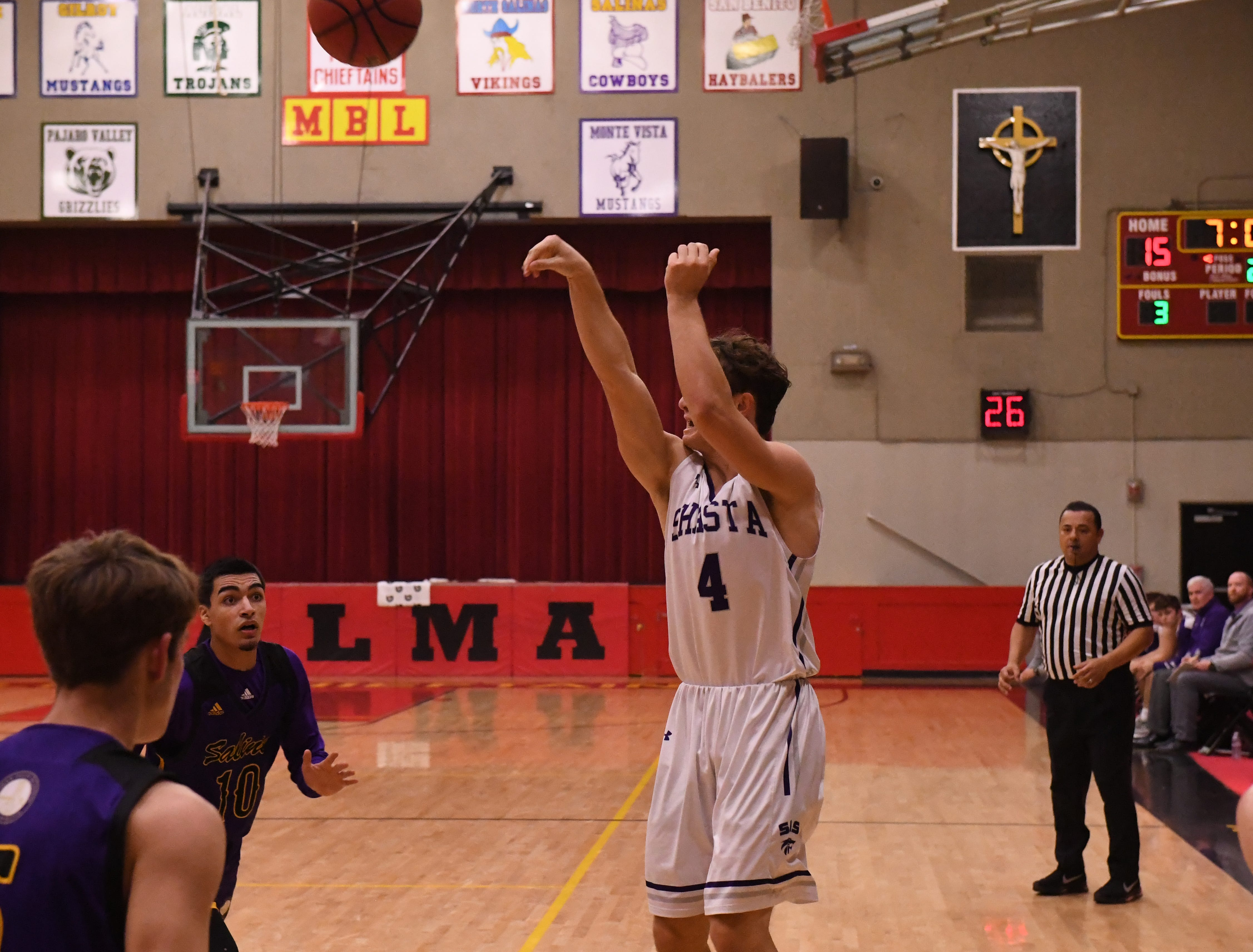 Shasta forward James Weaver (4) shoot a 3-pointer in the second quarter.