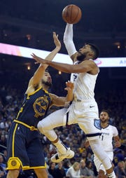 Memphis Grizzlies' Garrett Temple, right, shoots against Golden State Warriors' Klay Thompson during the first half of an NBA basketball game Monday, Dec. 17, 2018, in Oakland, Calif. (AP Photo/Ben Margot)